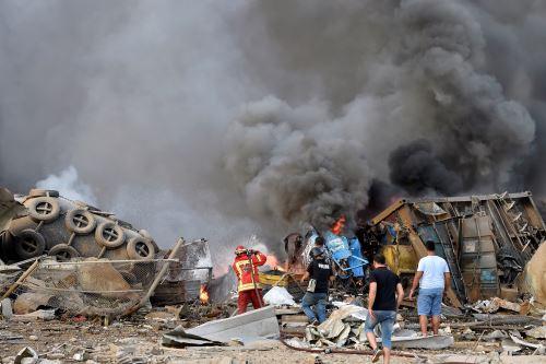 Bomberos trabajan para sofocar las llamas tras una explosión en un almacén de la zona del puerto de Beirut, Líbano. Foto: EFE