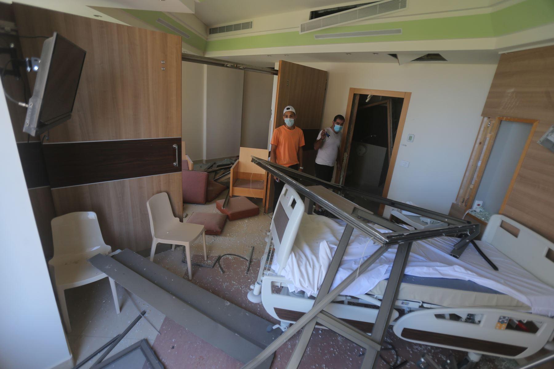 Daños en el hospital de Wardieh tras la explosión de ayer que arrasó la capital del Líbano y resultó de la ignición de un enorme depósito de nitrato de amonio en el puerto. Foto: AFP