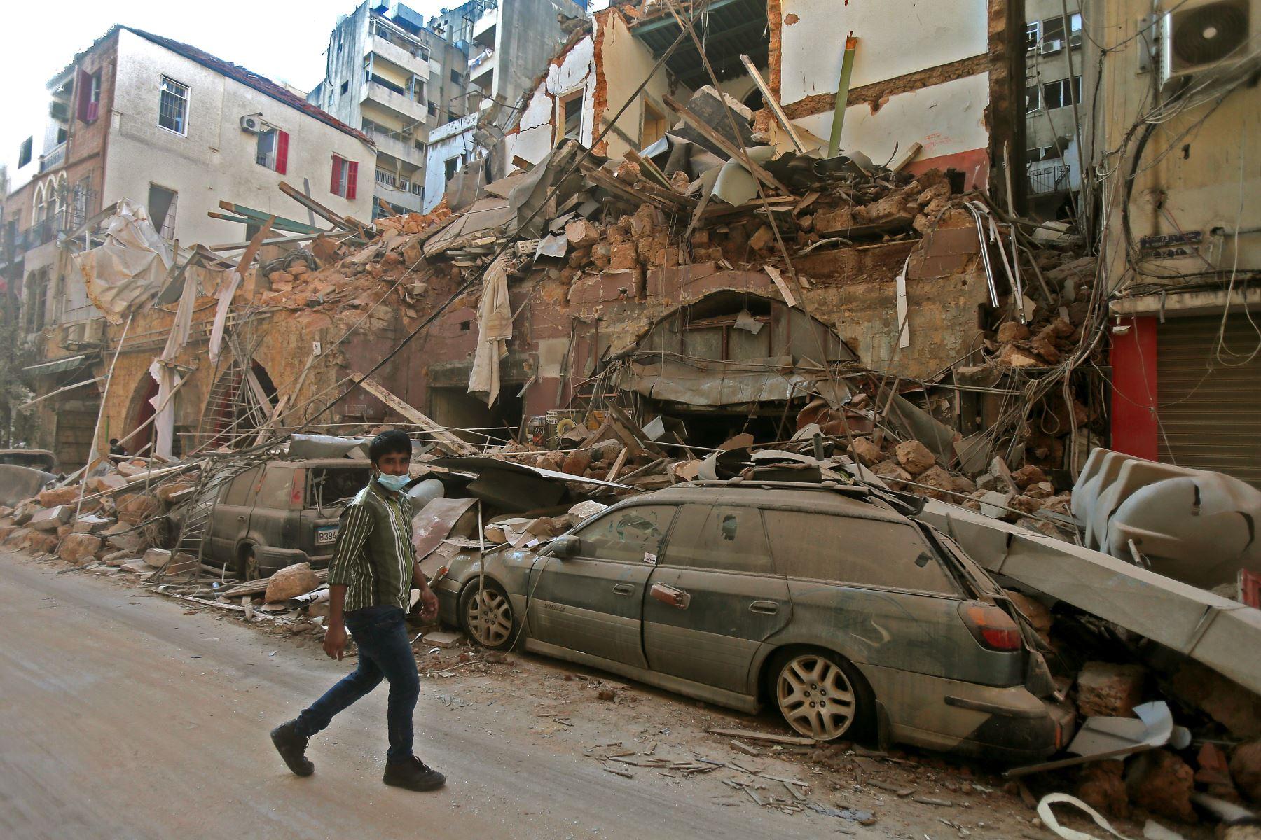 Una imagen muestra las secuelas de una explosión que arrasó la capital del Líbano, en Beirut. Los rescatistas continúan buscando sobrevivientes. Foto: AFP