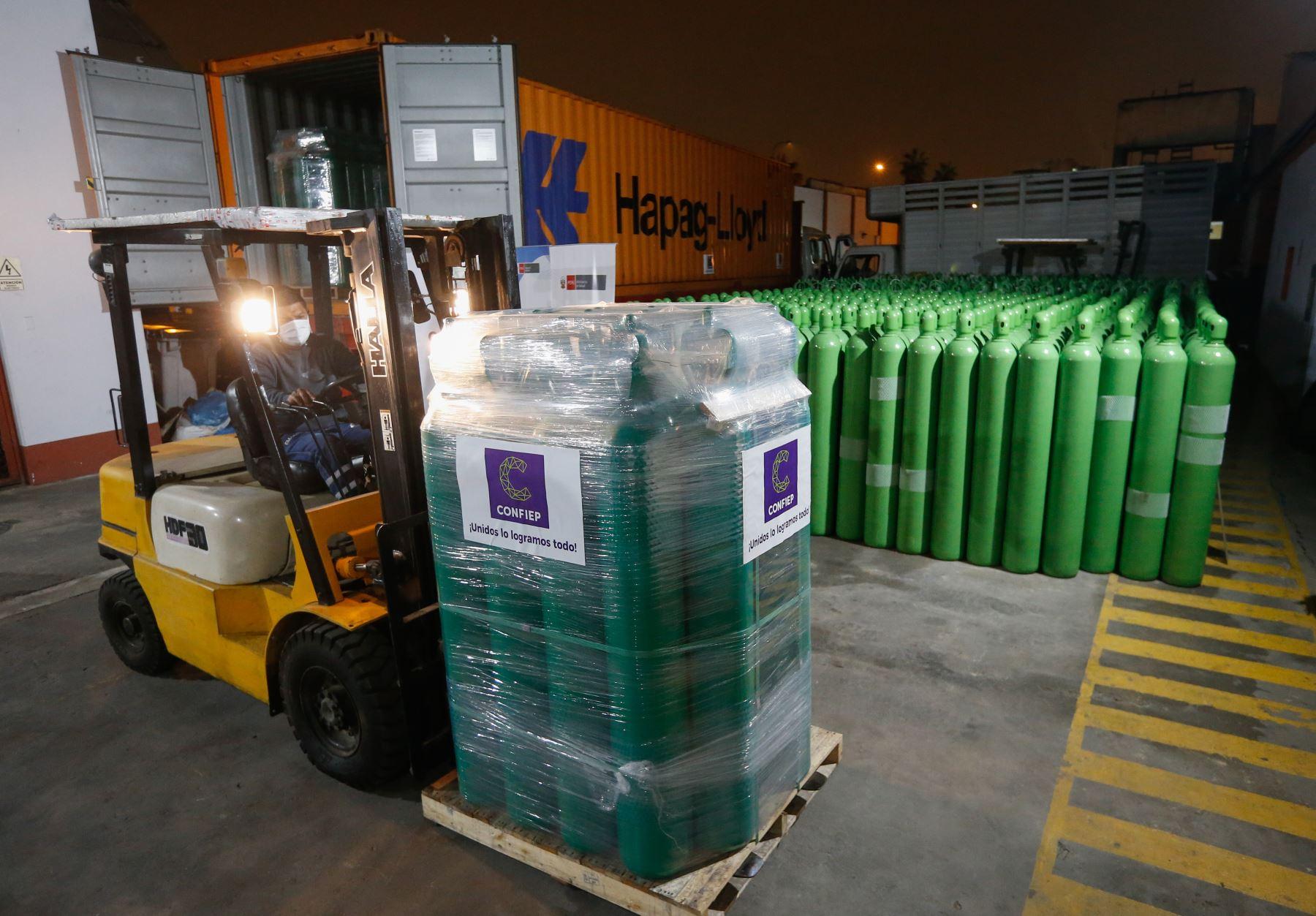 El Ministerio de Salud distribuye 880 cilindros de oxígeno donados por la Confiep a diecisiete regiones del país.Foto: ANDINA/Minsa