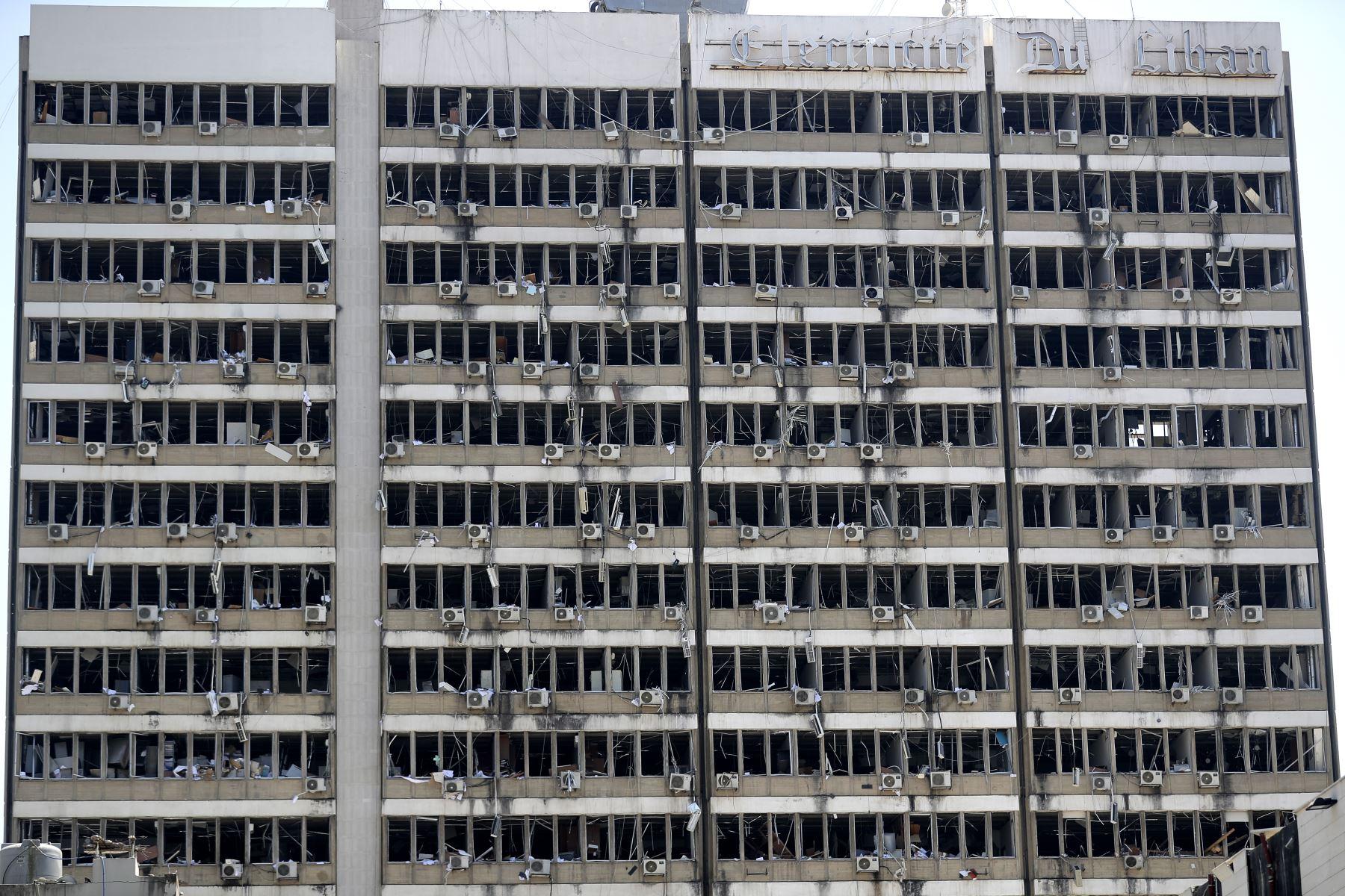 Enormes daños en el edificio de Electricidad del Líbano  como consecuencia de una explosión masiva en la capital libanesa de Beirut, en Líbano. Foto: AFP
