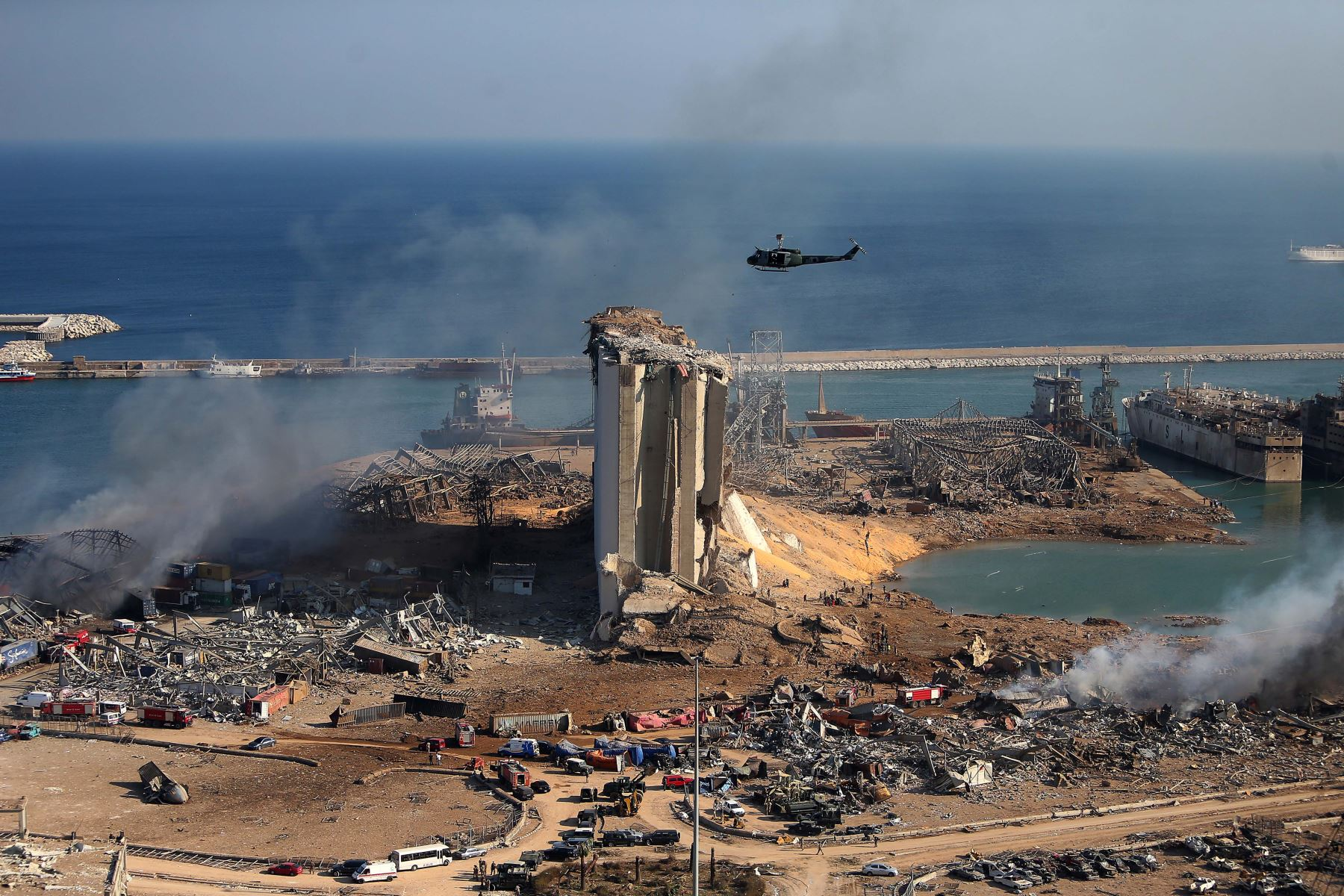 Una foto aérea muestra el impacto de la explosión en la zona del puerto de Beirut, en Líbano. Se ha reportado más de 100 muertos y alrededor de 3700 heridos. Rescatistas continúan sus labores. Foto: AFP