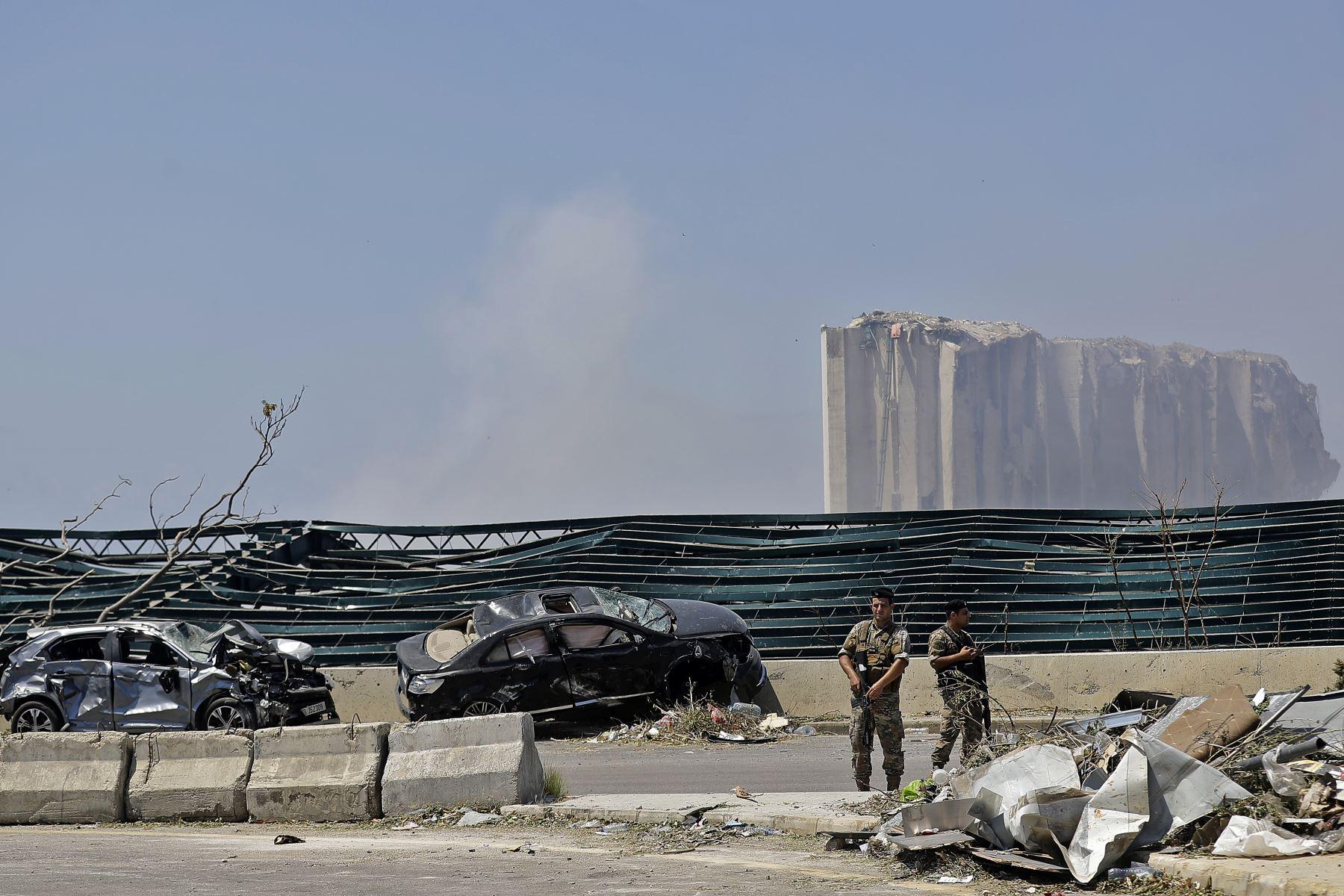 La explosión ocasionó grandes daños en propiedades de la zona y en vehículos. Grupos militares custodia la zona. Foto: AFP