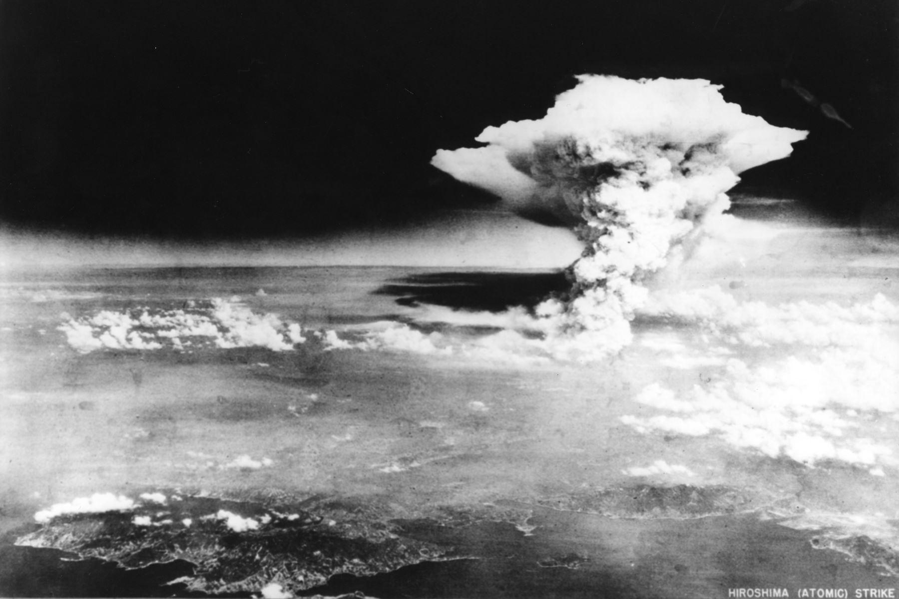 Esta foto del folleto tomada el 6 de agosto de 1945 por el Ejército de los EE. UU. y liberada del Museo Conmemorativo de la Paz de Hiroshima muestra una nube de hongo de la bomba atómica arrojada por el bombardero B-29 Enola Gay sobre la ciudad de Hiroshima. Foto: AFP