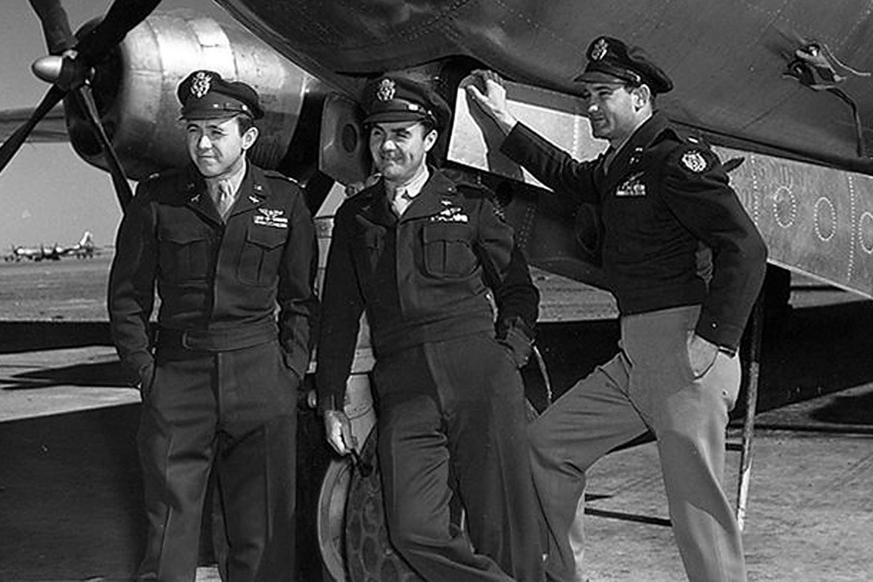 """Esta foto de agosto de 1945 de la Fuerza Aérea de EE. UU. Muestra a la tripulación del bombardero B-29 """"Enola Gay"""". El navegante Major Theodore Van Kirk, el piloto Col. Paul Tibbets y el bombardero Major Thomas Ferebee después de arrojar la primera bomba atómica sobre Hiroshima el 06 de agosto de 1945. Los medios estadounidenses informan el 1 de noviembre de 2007 que Tibbits murió en su casa en Columbus, Ohio. Tenía 92 años. Tibbets había tenido problemas de salud debido a varias dolencias. Foto: AFP"""
