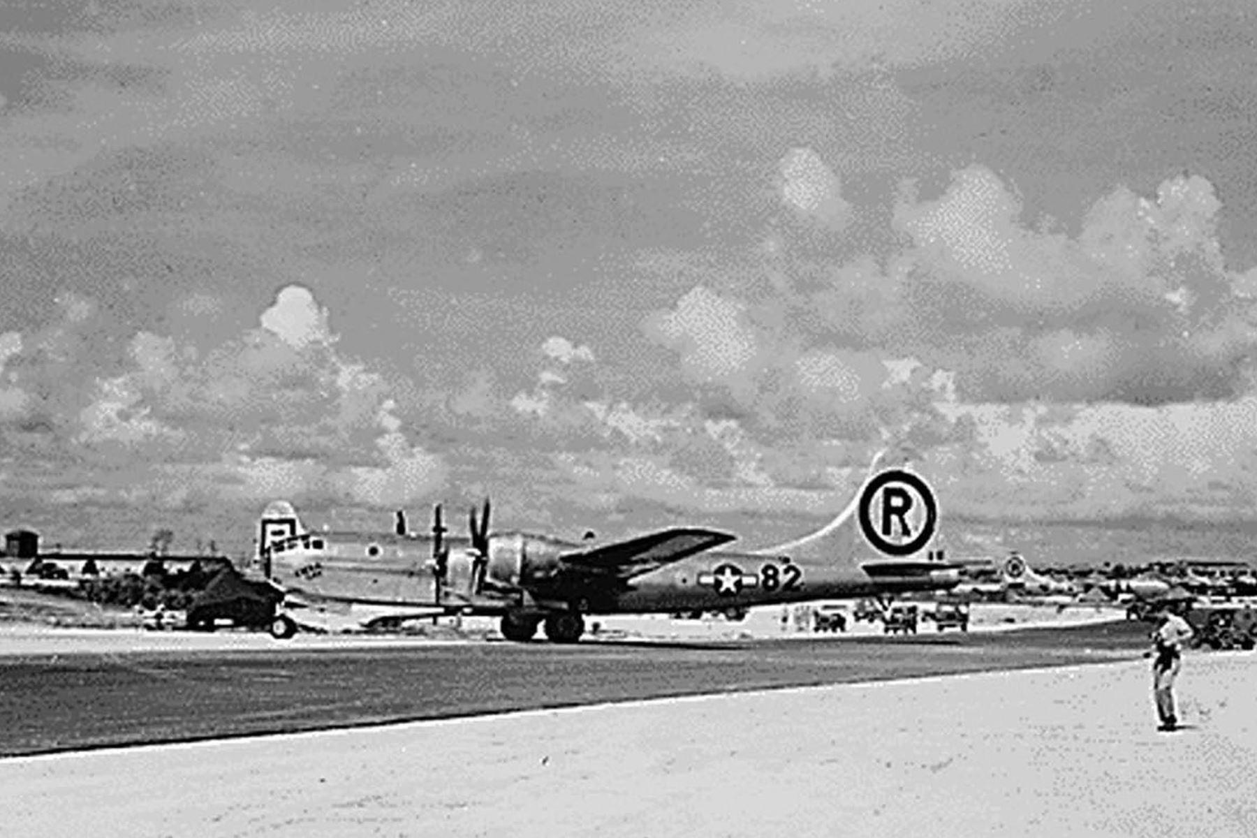 """Foto tomada el 06 de agosto de 1945 muestra el avión B-29 """"Enola Gay"""" después de aterrizar en la isla Tinian desde su misión de lanzar la primera bomba atómica sobre Hiroshima, Japón. Foto: AFP"""