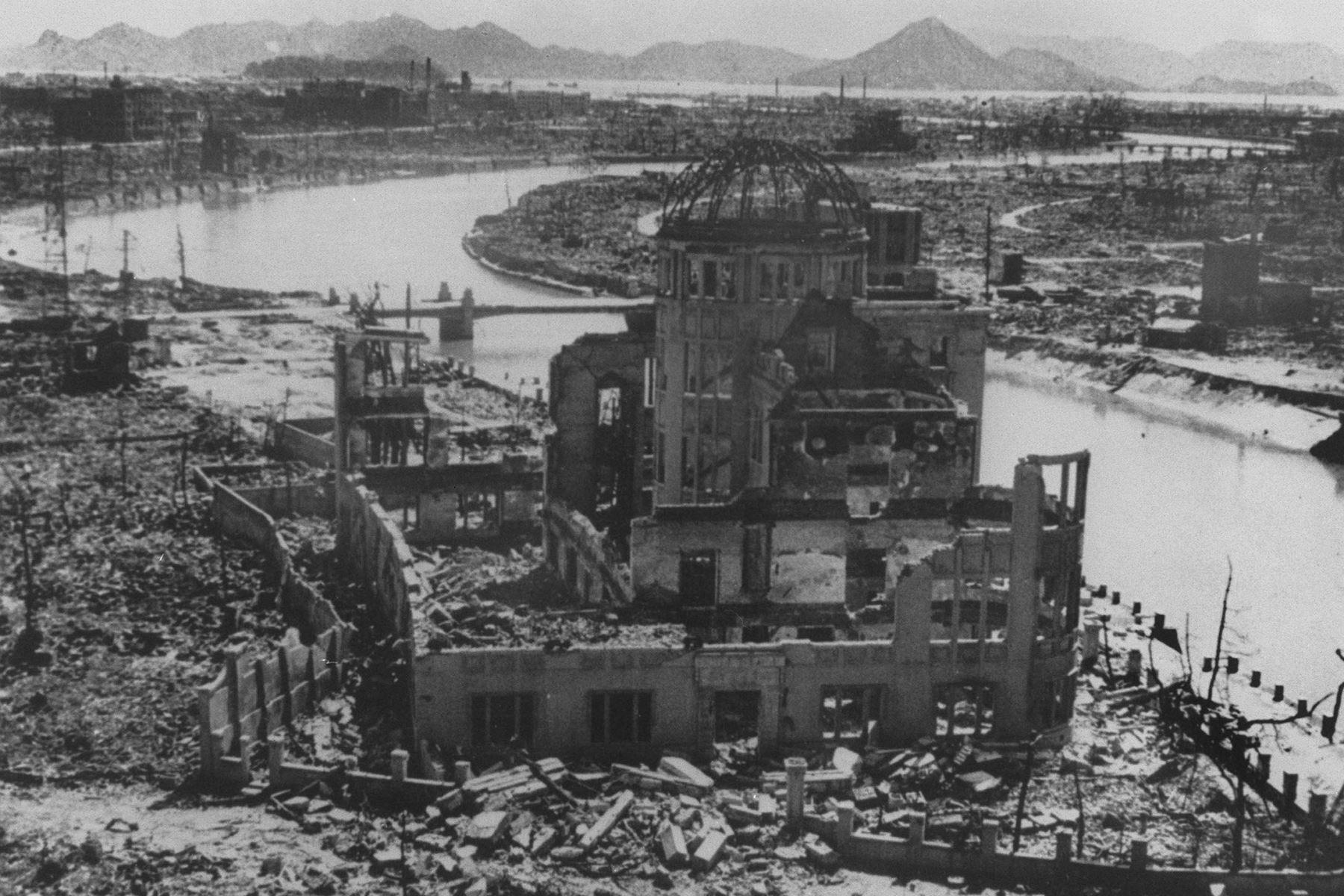 Una foto con fecha de septiembre de 1945 muestra los restos del Edificio de Promoción de la Industria de la Prefectura después del bombardeo de Hiroshima, que más tarde se conservó como monumento. La Segunda Guerra Mundial terminó oficialmente hace 75 años, el 02 de septiembre de 1945, cuando Japón se rindió a las fuerzas aliadas, derribando el telón del conflicto más costoso de la historia. AFP