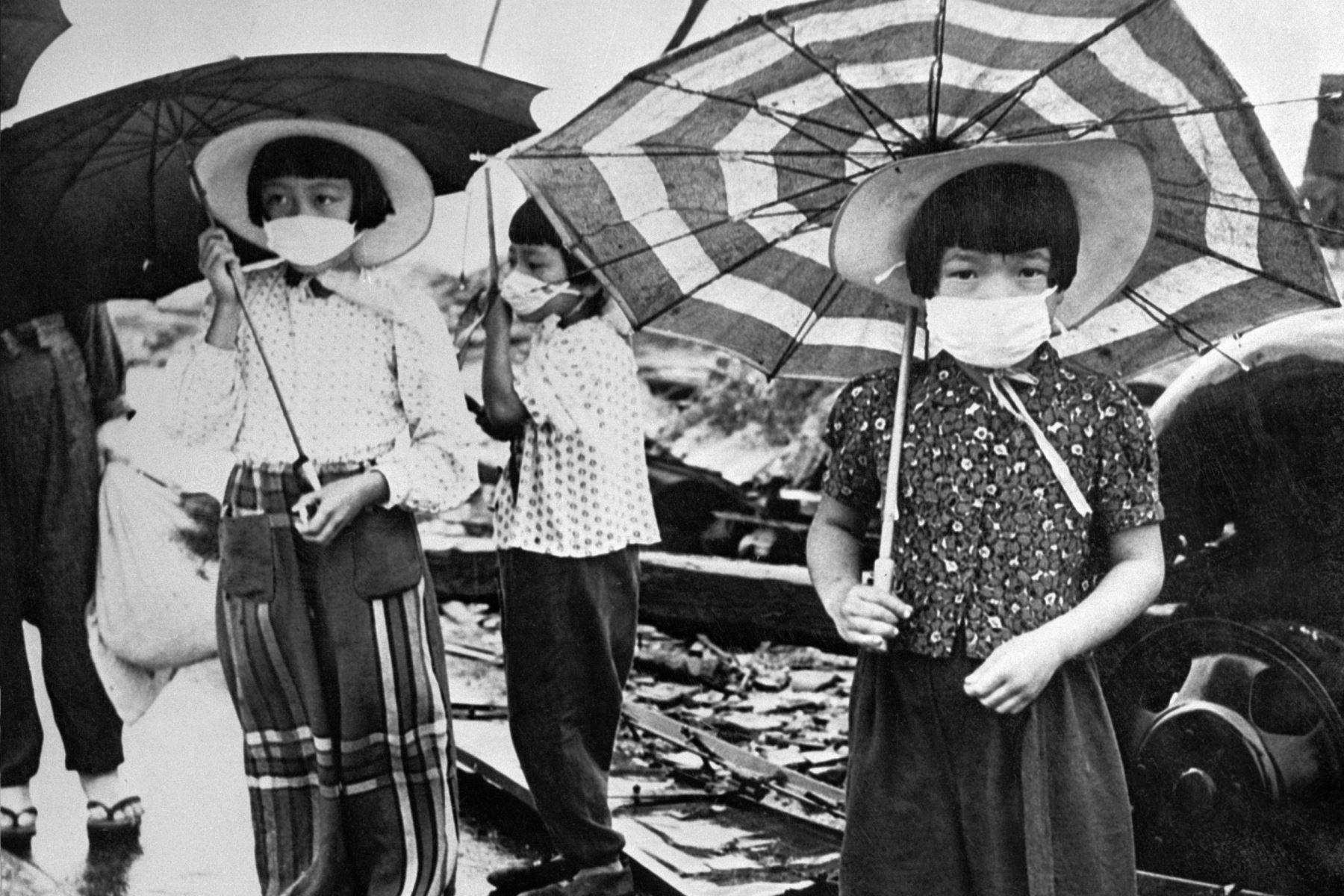 Imagen de 1948 muestra a niños con máscaras faciales para protegerse de la irradiación en la devastada ciudad de Hiroshima después del bombardeo nuclear de los Estados Unidos en la ciudad, el 6 de agosto de 1945, durante la Segunda Guerra Mundial. Foto: AFP