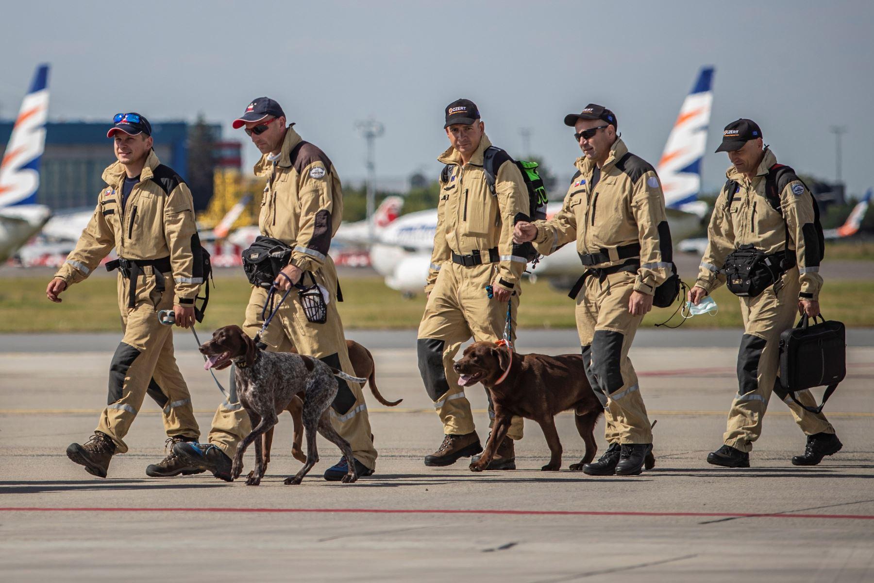 Personal de búsqueda y rescate urbano (USAR) de la República Checa viaja a  Beirut con 37 expertos en búsqueda y 5 perros para apoyar a en los rescates en Beirut tras la explosión que devastó nación de Oriente Medio. Foto: EFE