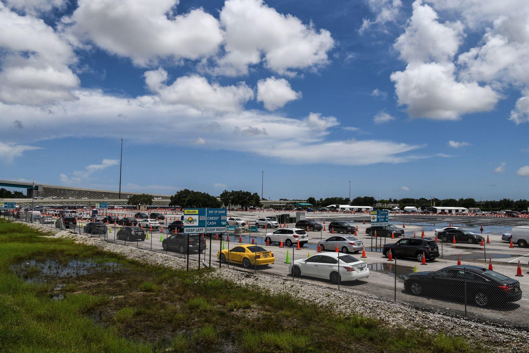Los autos se alinean en un sitio de prueba rápida de coronavirus antígeno en el Hard Rock Stadium en Miami Gardens, cerca de Miami. Foto: AFP