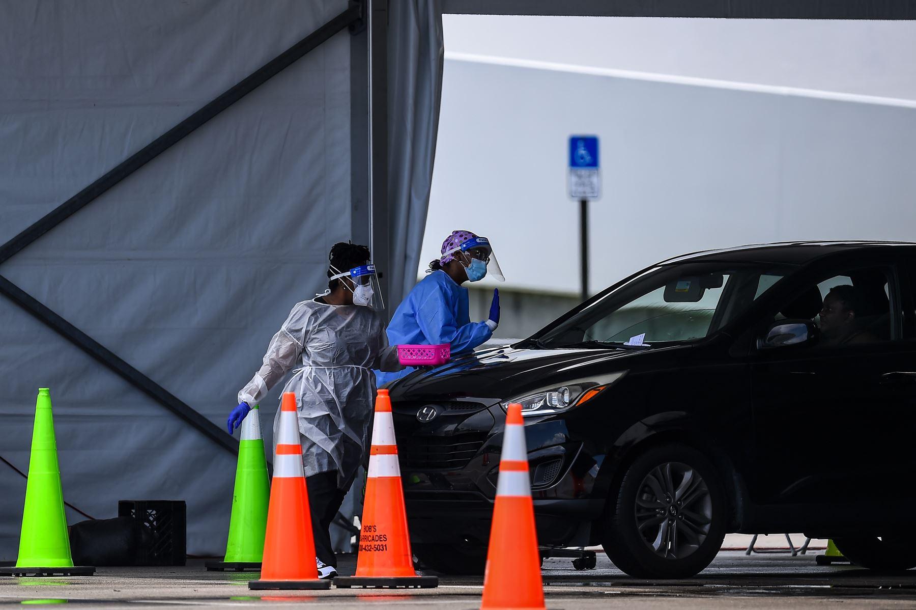 El personal médico se prepara para administrar una prueba rápida de coronavirus antigénico en el Hard Rock Stadium en Miami. Foto: AFP