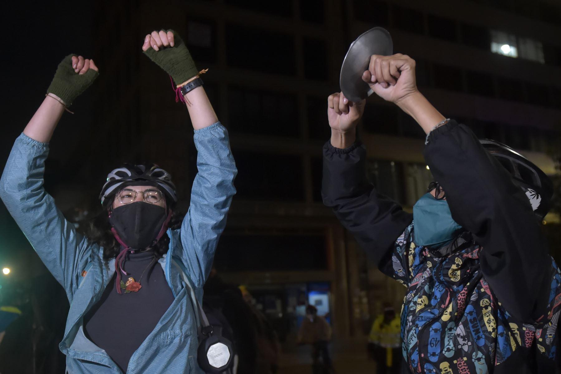 La gente participa en una manifestación contra el ex presidente colombiano y el actual senador Álvaro Uribe, afuera del palacio de Justicia en Bogotá. Foto: AFP
