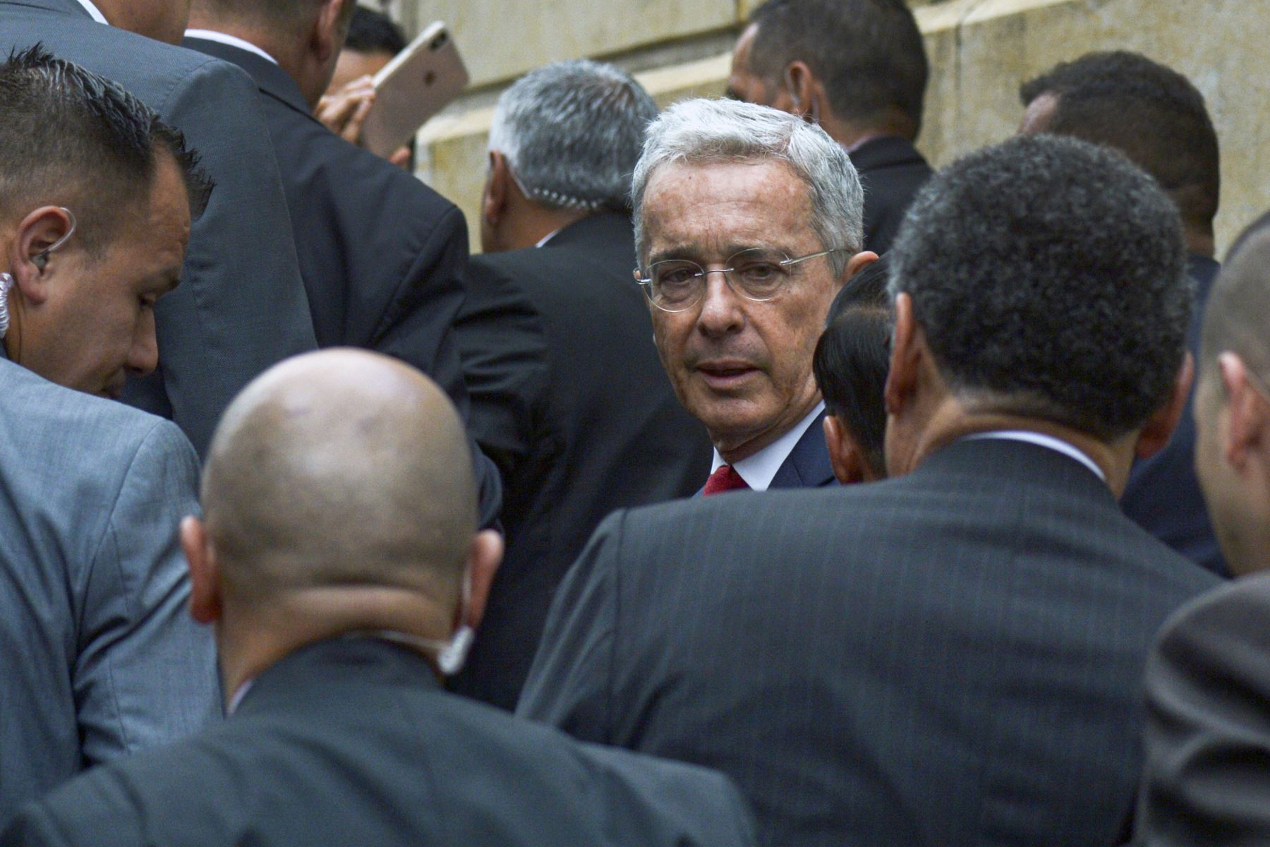 Foto de archivo tomada el 8 de octubre de 2019, el ex presidente colombiano  y actual senador Álvaro Uribe  llega al Palacio de Justicia para una audiencia ante la Corte Suprema de Justicia en un caso sobre manipulación de testigos en Bogotá. Foto: AFP