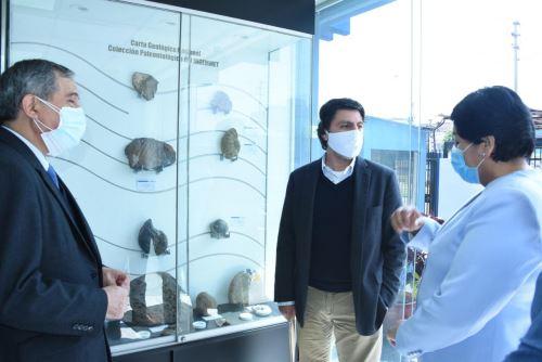 El viceministro de Minas, Augusto Cauti Barrantes, visitó la colección de muestras fósiles del Ingemmet. Foto: ANDINA/Difusión