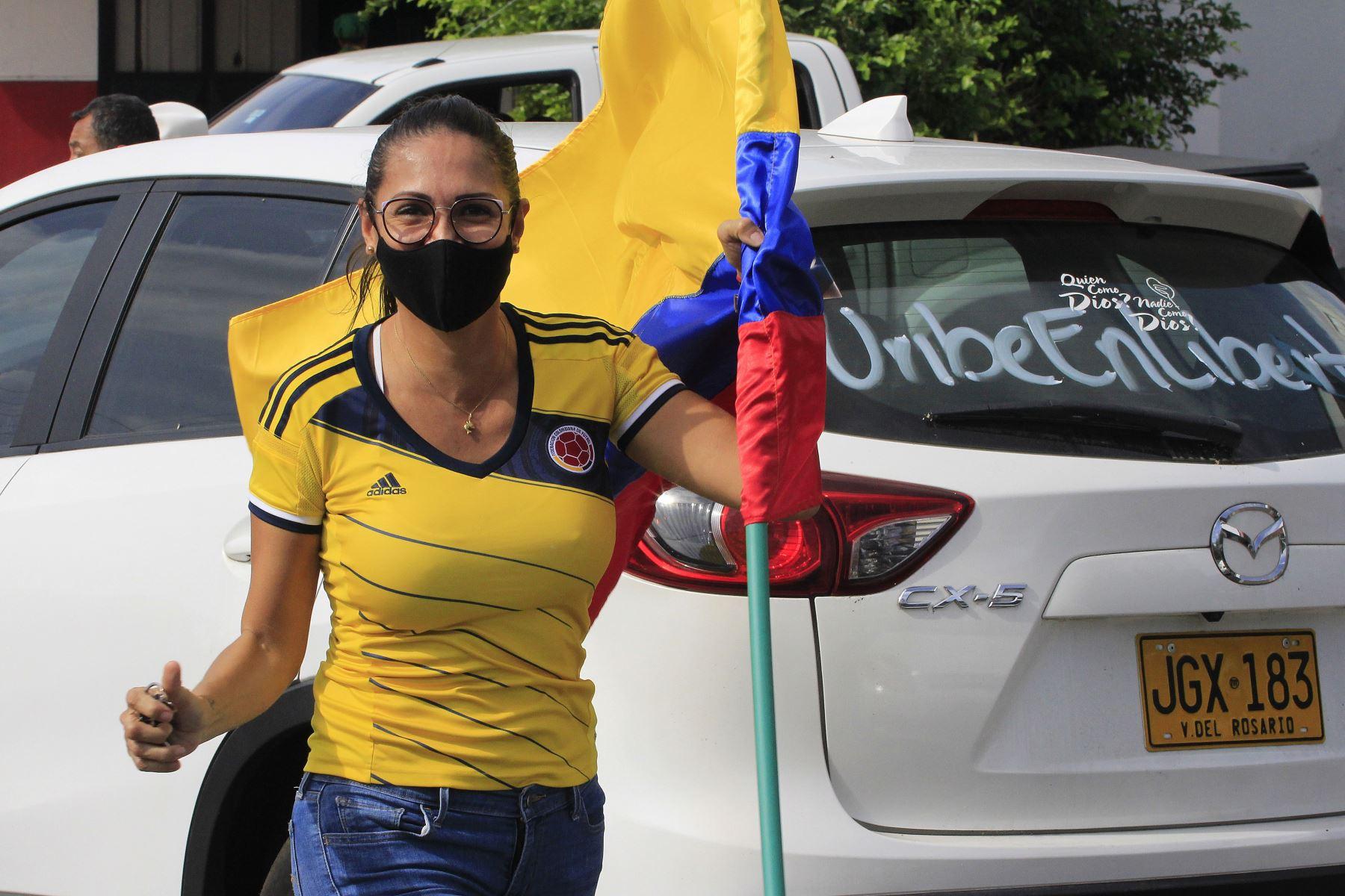 Una mujer protesta contra la detención domiciliaria del expresidente Alvaro Uribe. La detención domiciliaria del expresidente colombiano Álvaro Uribe, ordenada por la Corte Suprema, ha puesto sobre la mesa la idea de hacer una reforma a la Justicia. Foto: EFE