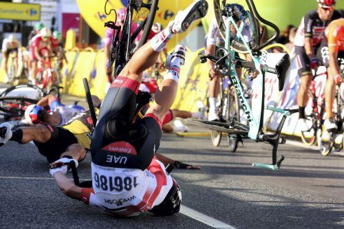 Aparatosa caída en la primera etapa de carrera de ciclismo en  Polonia