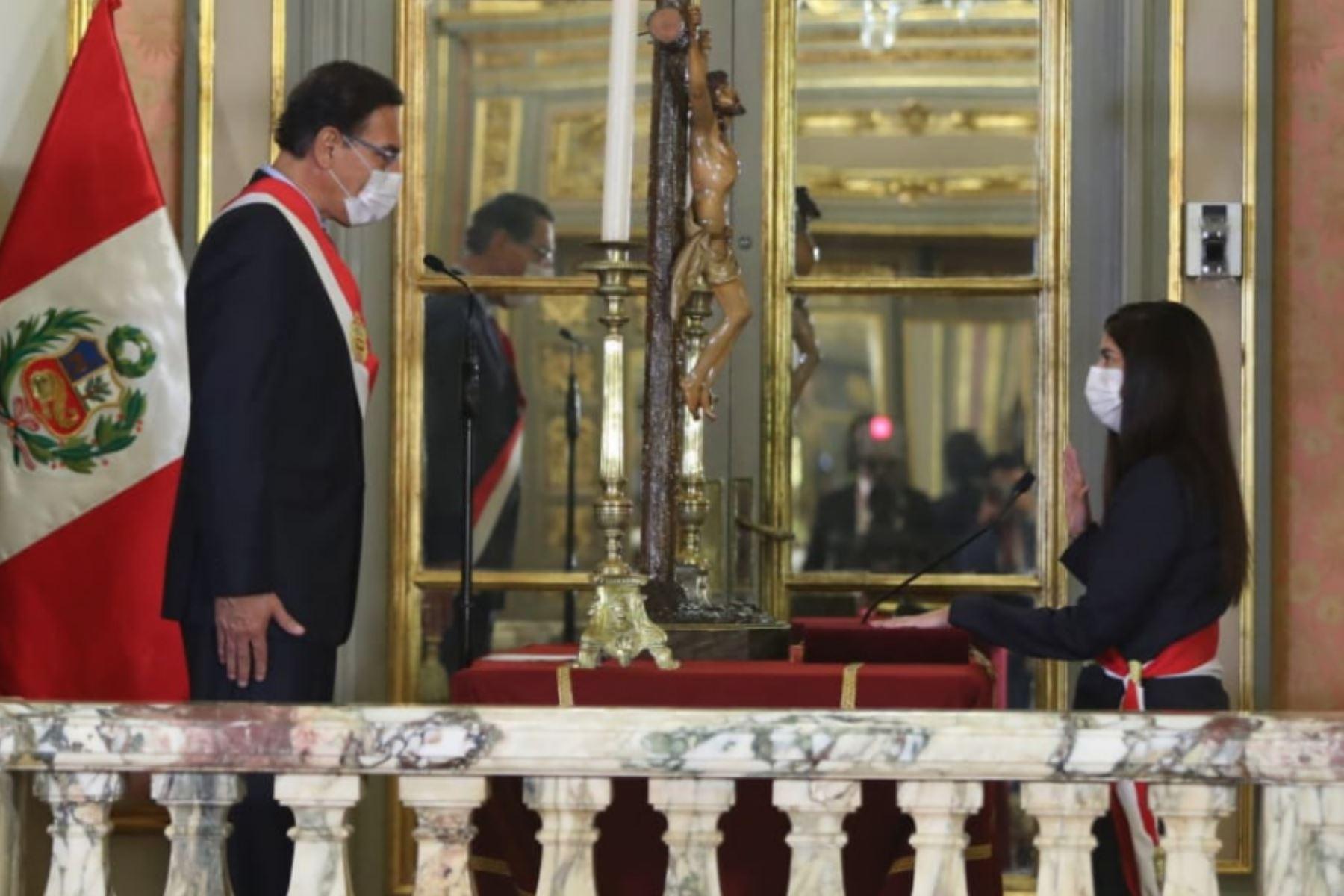 El presidente de la República, Martín Vizcarra, toma juramento a  María Antonieta Alva como ministra de Economía  Foto: ANDINA/ Prensa Presidencia