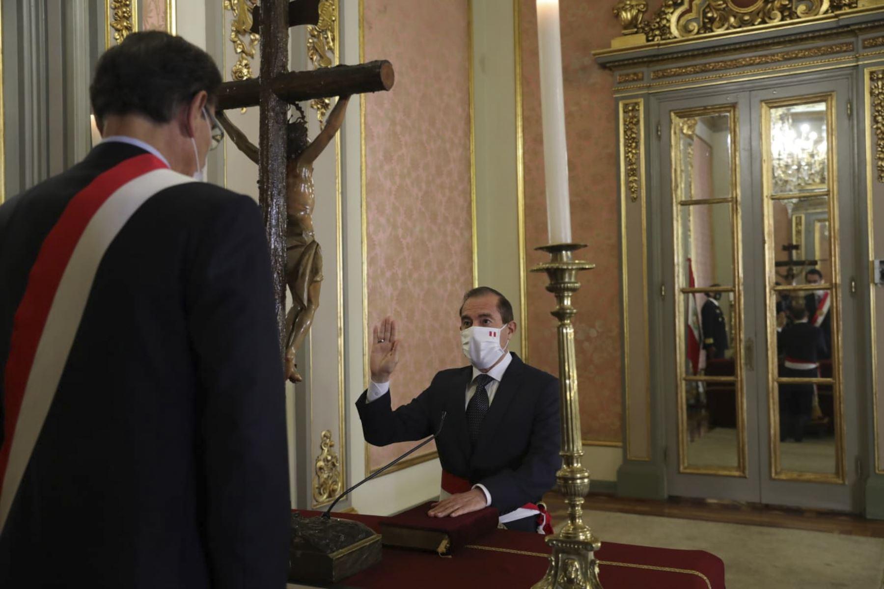 El presidente de la República, Martín Vizcarra, juramenta al nuevo Gabinete Ministerial, presidido por el presidente del Consejo de Ministros, Gral Div. EP (R) Walter Martos Ruiz. Foto: ANDINA/ Prensa Presidencia