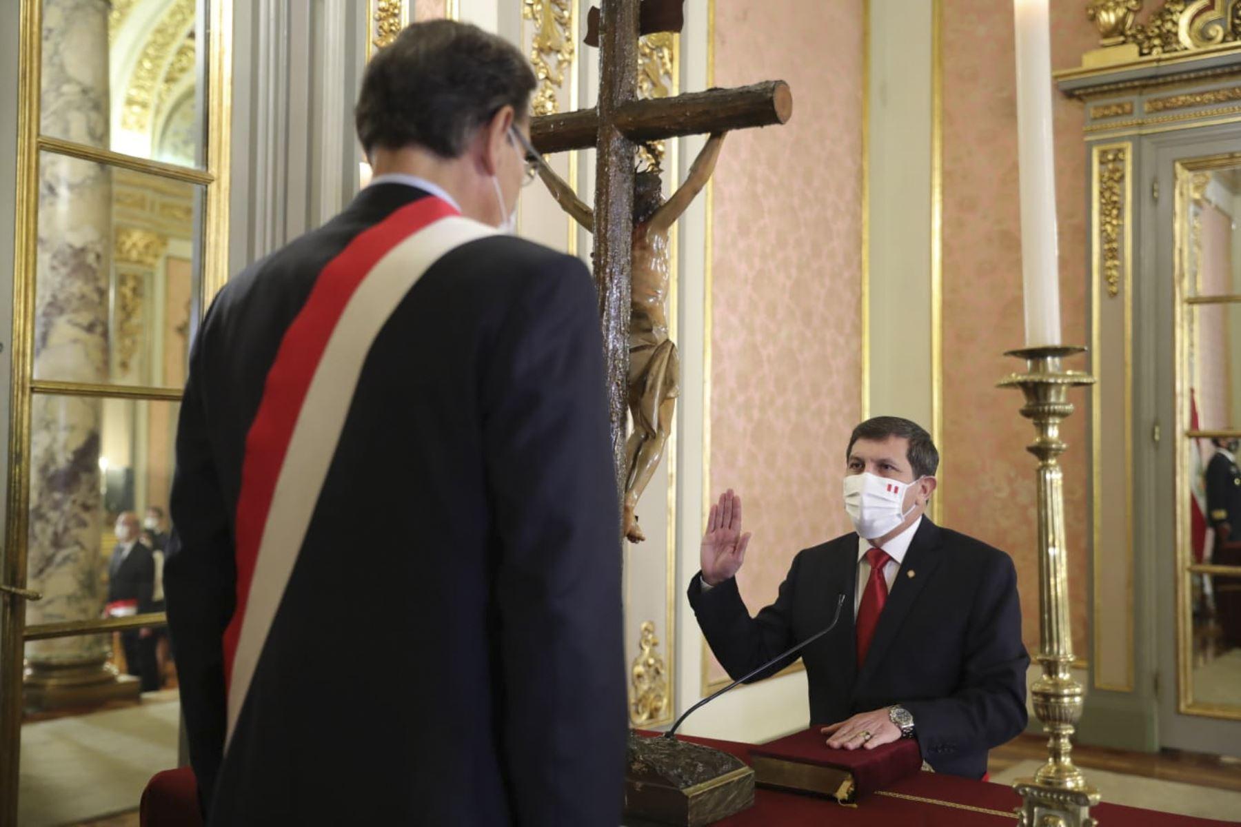 El presidente de la República, Martín Vizcarra, toma juramento a Jorge Chavez Cresta como ministro de defensa. Foto: ANDINA/ Prensa Presidencia