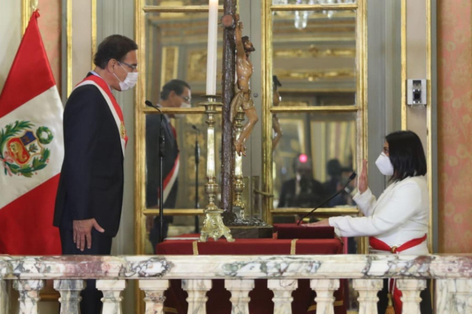 El presidente de la República, Martín Vizcarra, toma juramento a Ana Neyra como ministra de Justicia.  Foto: ANDINA/ Prensa Presidencia