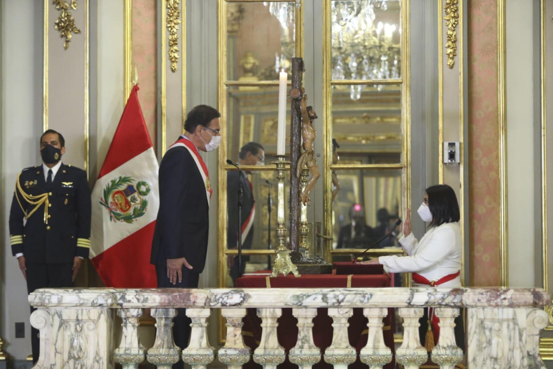 El presidente de la República, Martín Vizcarra, toma juramento a Ana Neyra Zegarra como ministra de Justicia .Foto: ANDINA/ Prensa Presidencia