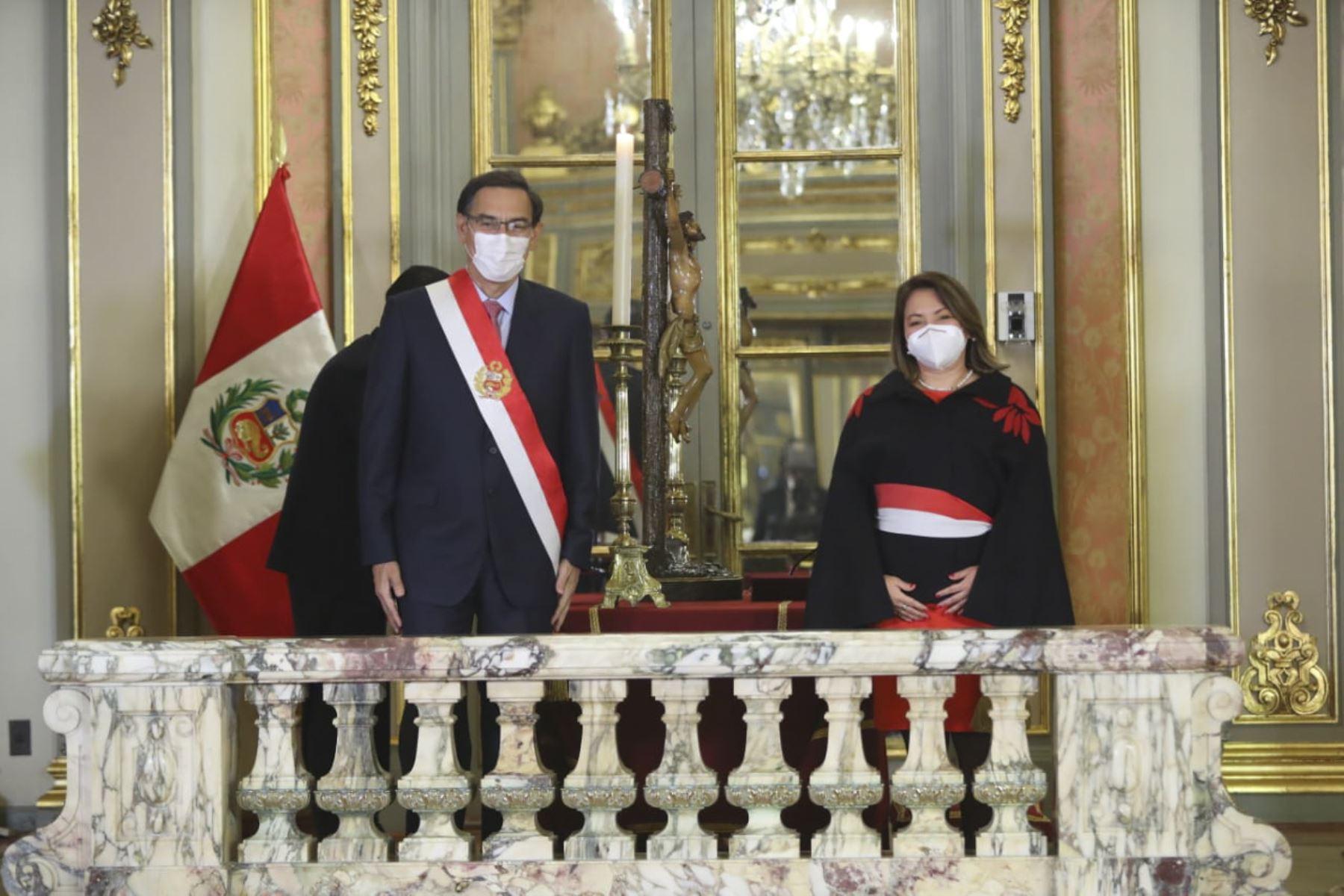 El presidente de la República, Martín Vizcarra, toma juramento a Rocio Barrios como ministra de comercio exterior y turismo.Foto: ANDINA/ Prensa Presidencia