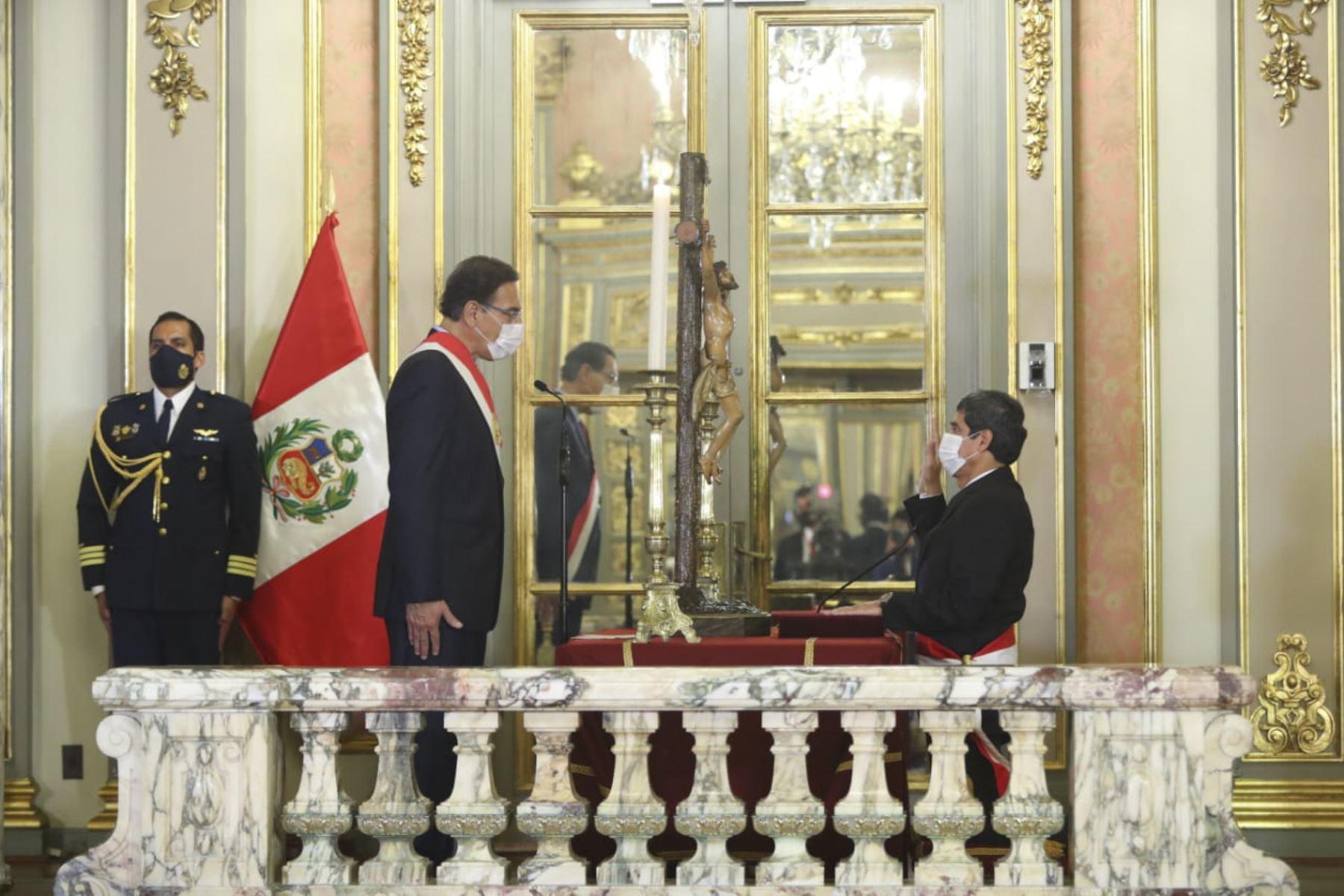 El presidente de la República, Martín Vizcarra, toma juramento a Carlos Lozada Contreras como ministro de de vivienda y construcción. Foto: ANDINA/ Prensa Presidencia