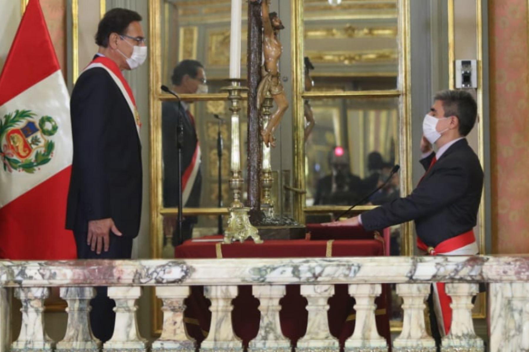 El presidente de la República, Martín Vizcarra, toma juramento a Alejandro Neyra como ministro de Cultura.  Foto: ANDINA/ Prensa Presidencia