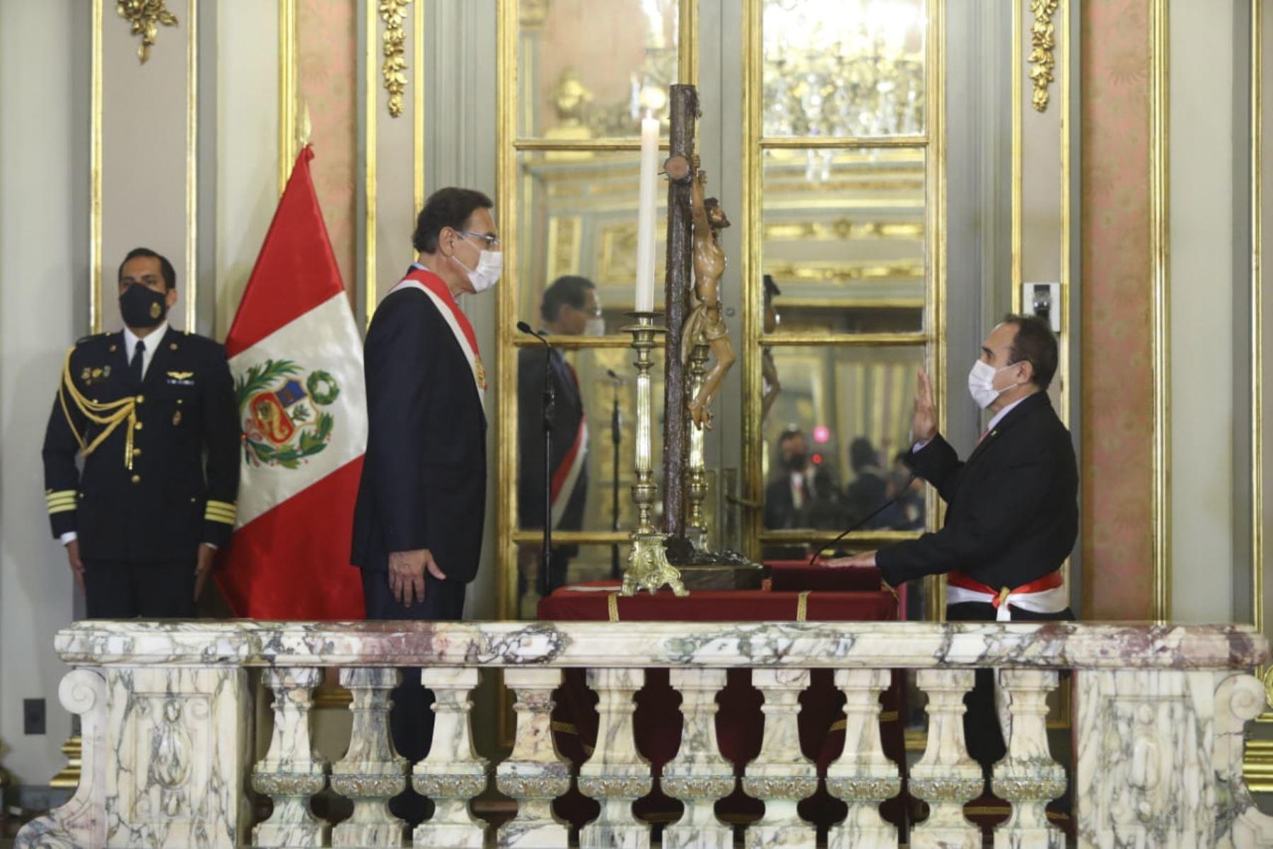 El presidente de la República, Martín Vizcarra, toma juramento a Carlos Estremadoyro Mory como ministro de transportes y comunicaciones. Foto: ANDINA/ Prensa Presidencia