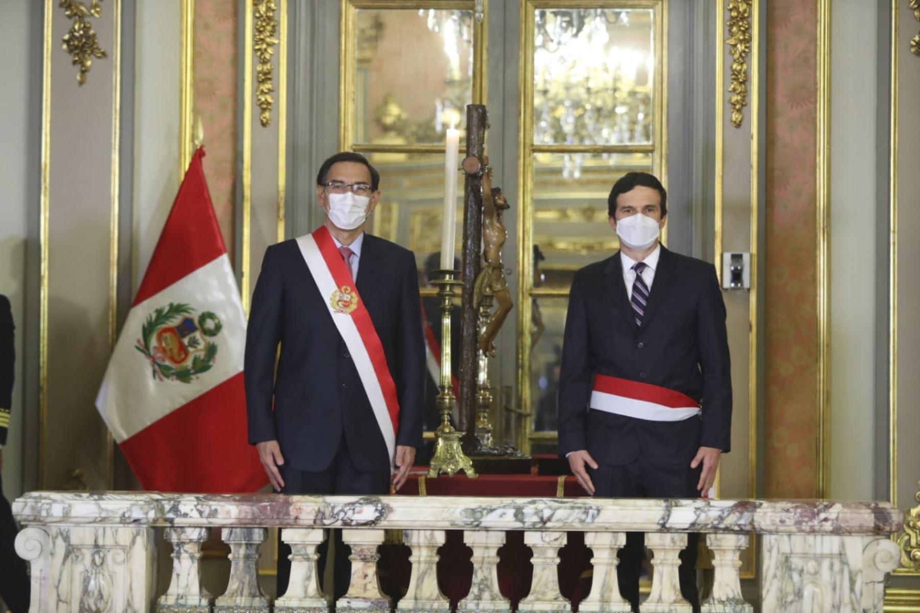 El presidente de la República, Martín Vizcarra, toma juramento a Luis Inchaústegui Zevallos como ministro de energia y minas. Foto: ANDINA/ Prensa Presidencia
