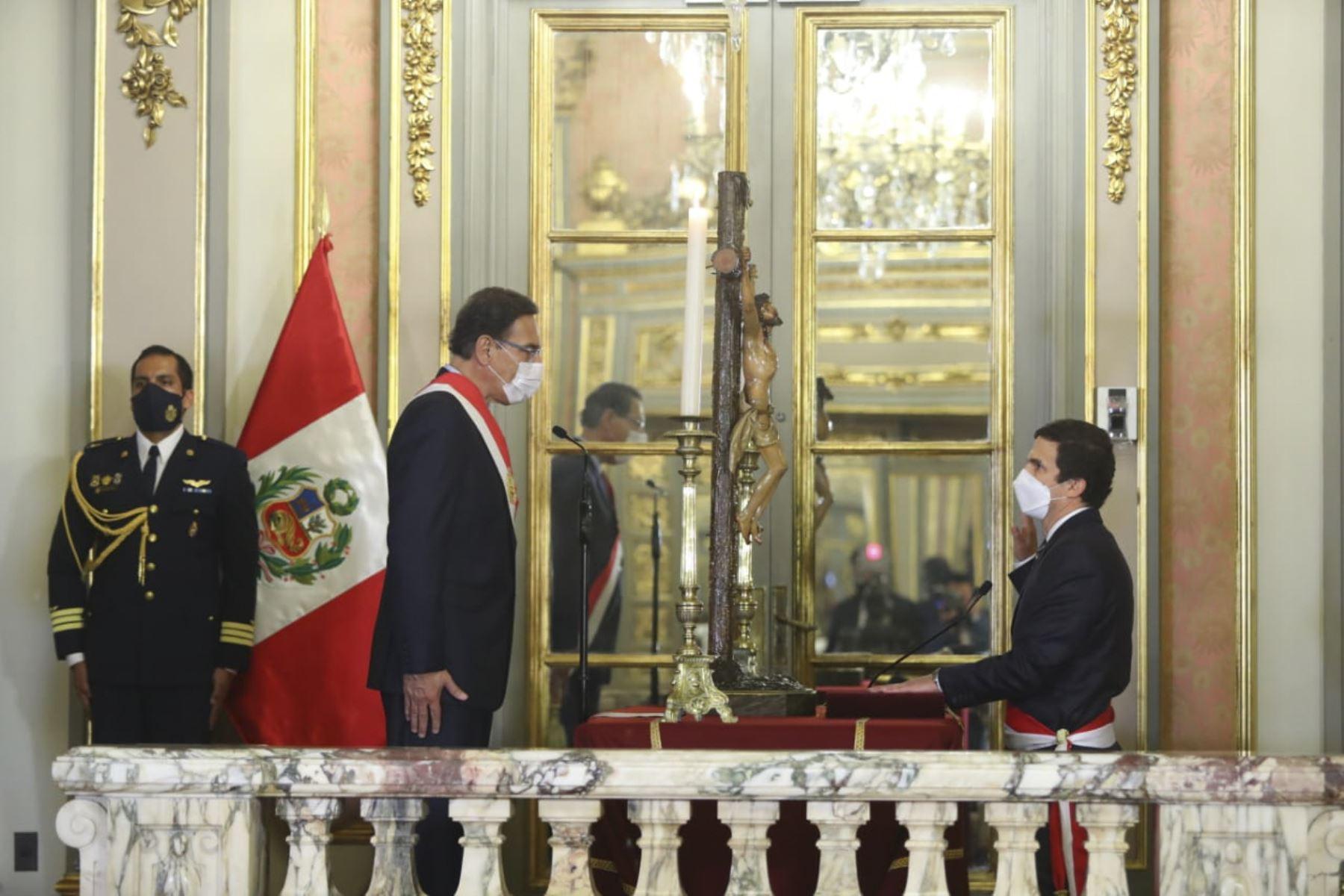 El presidente de la República, Martín Vizcarra, toma juramento a Luis Inchaústegui Zevallos como ministro de energía y minas. Foto: ANDINA/ Prensa Presidencia
