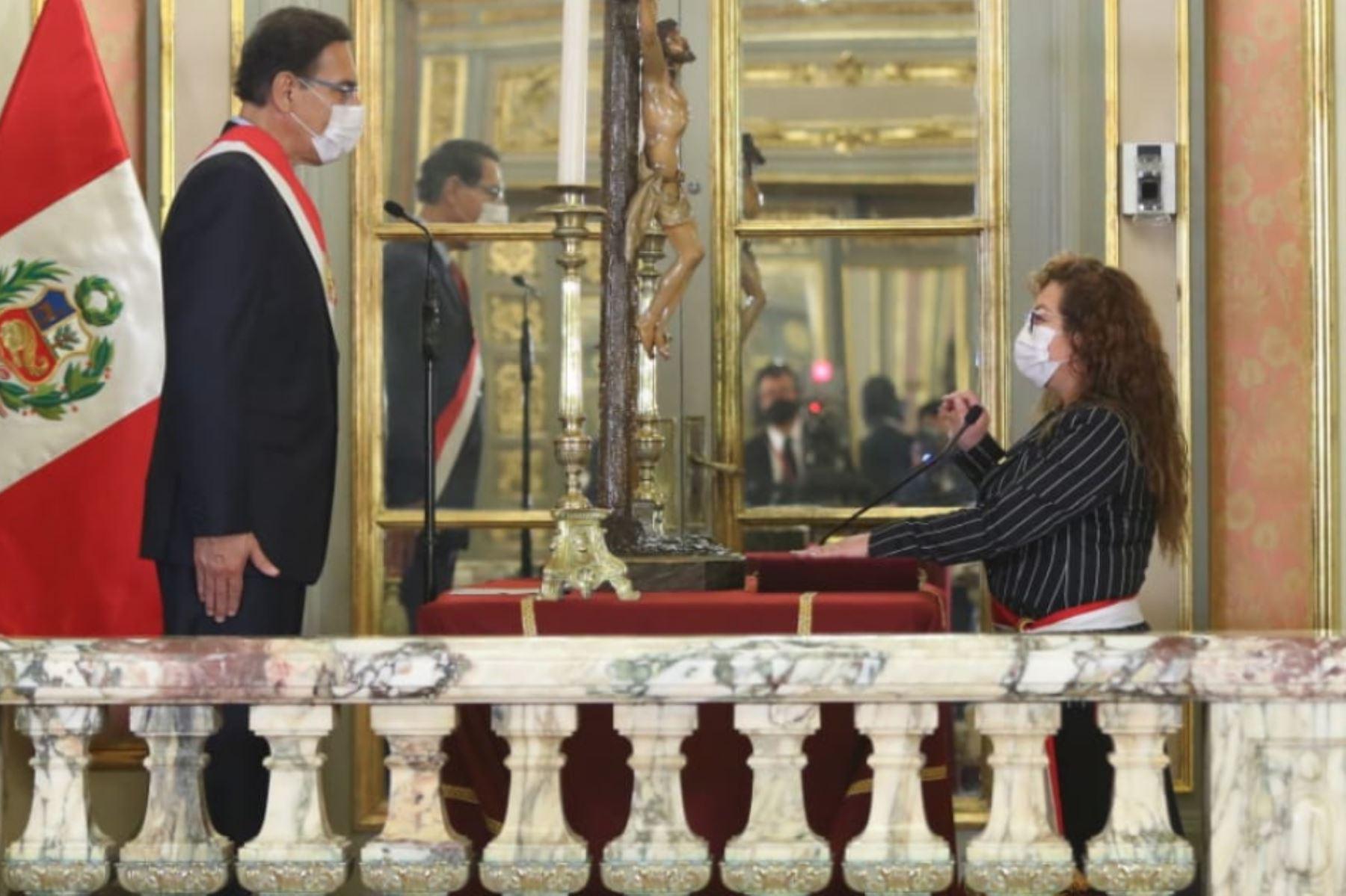 El presidente de la República, Martín Vizcarra, toma juramento a Kirla Echegaray como ministra de Ambiente.  Foto: ANDINA/ Prensa Presidencia