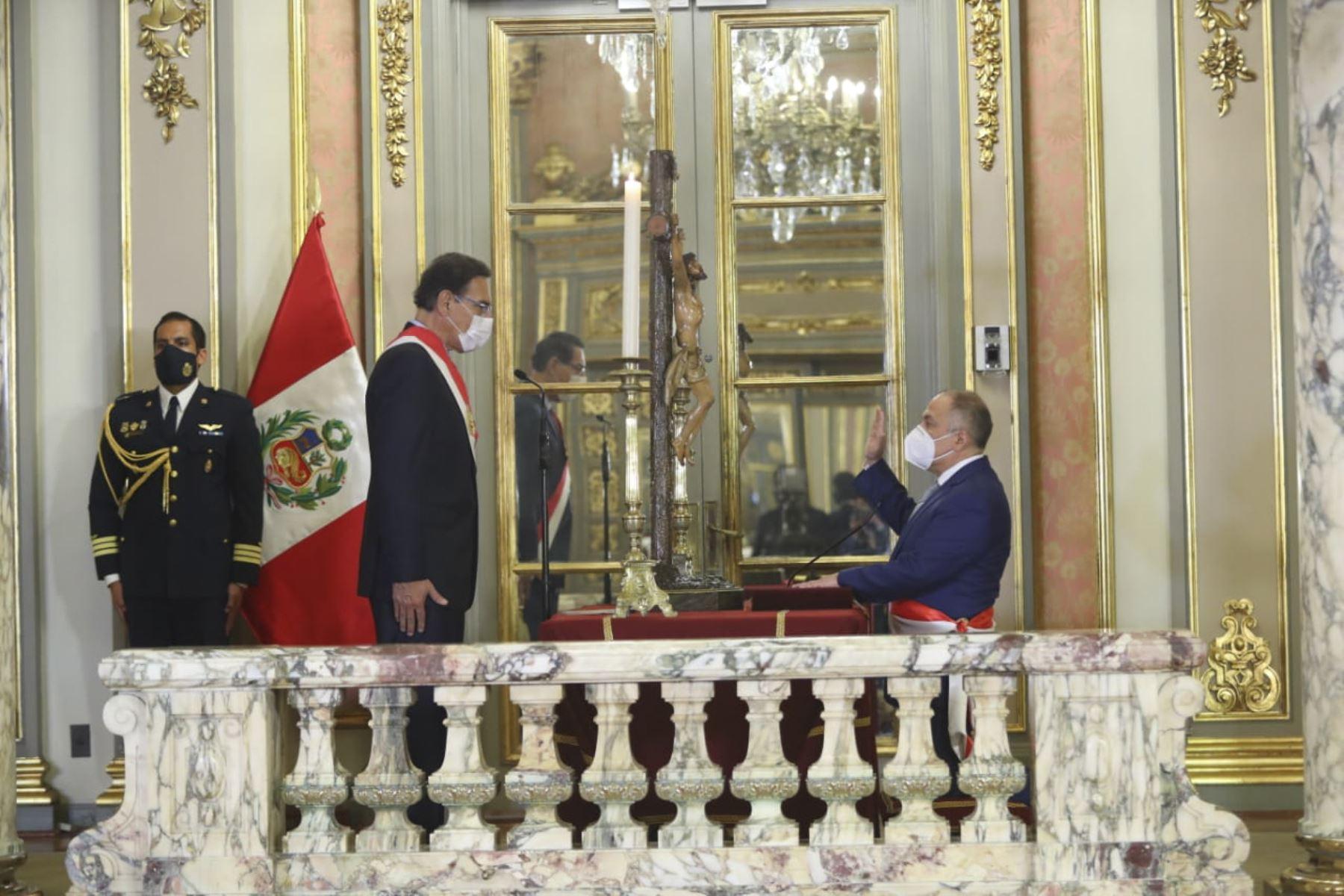 El presidente de la República, Martín Vizcarra, toma juramento a Javier Palacios Gallegos como ministro de trabajo. Foto: ANDINA/ Prensa Presidencia