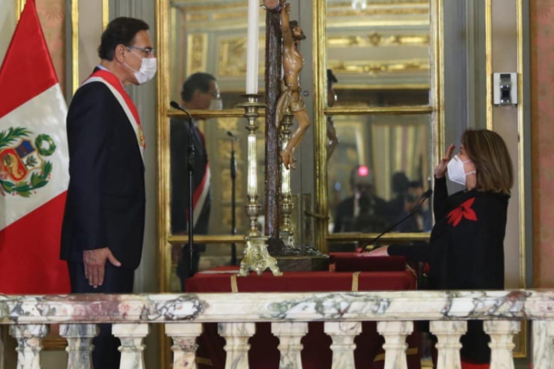 El presidente de la República, Martín Vizcarra, toma juramento a Rocío Barrios como ministra de Comercio Exterior y Turismo.  Foto: ANDINA/ Prensa Presidencia