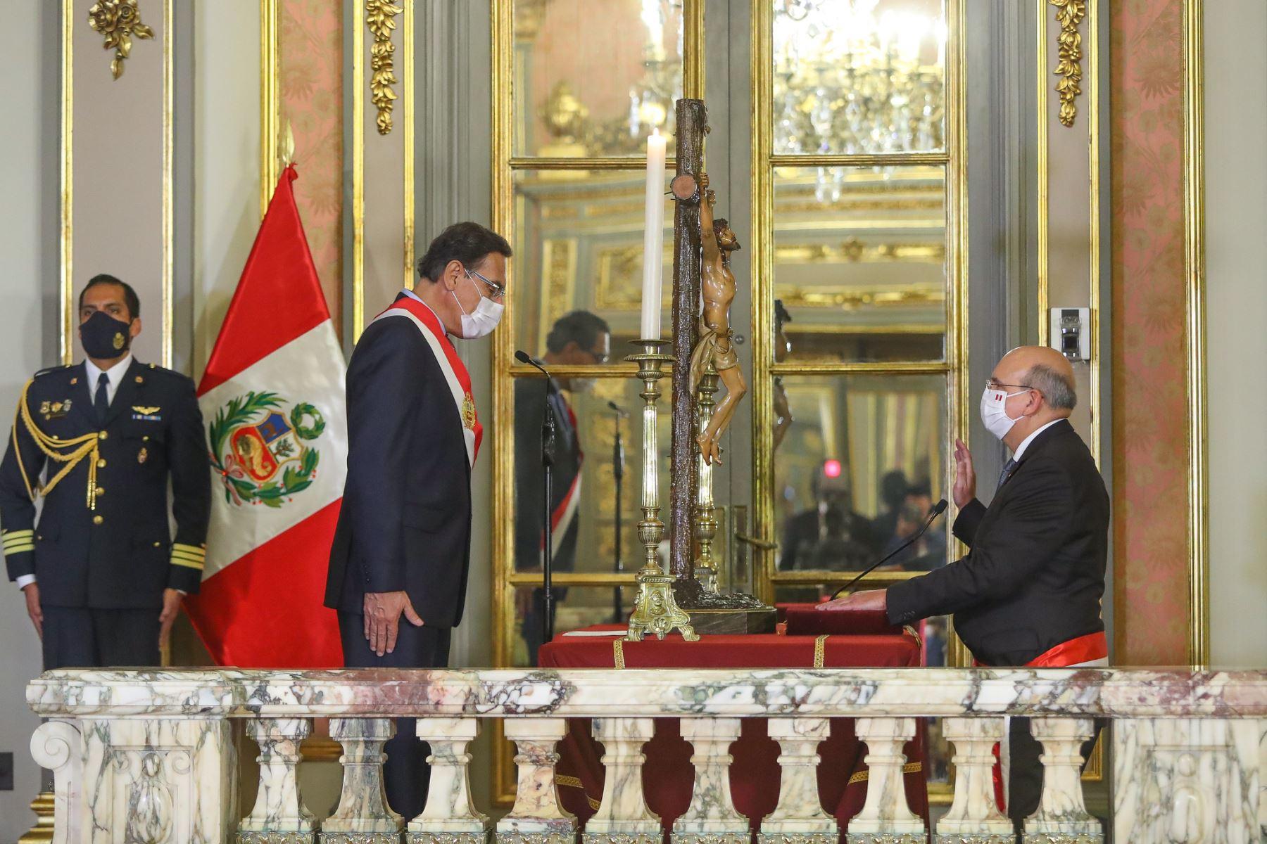 El presidente de la República, Martín Vizcarra, toma juramento a  Juvenal López Chávarry como ministro del Relaciones Exteriores.  Foto: ANDINA/ Prensa Presidencia