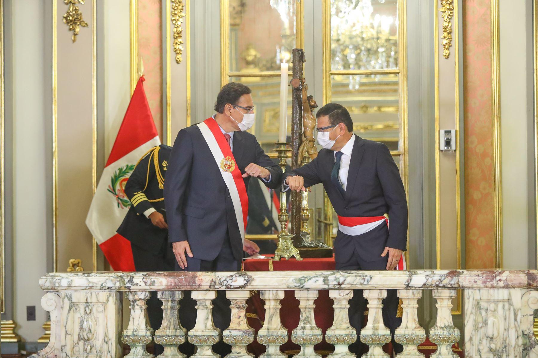El presidente de la República, Martín Vizcarra, toma juramento a Jorge Montenegro como ministro de Agricultura y Riego.  Foto: ANDINA/ Prensa Presidencia