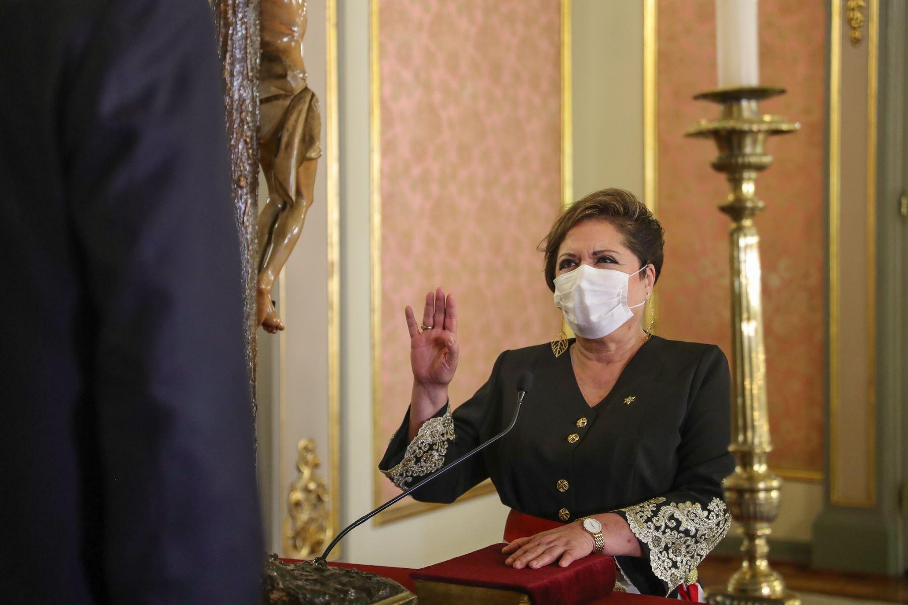 El presidente de la República, Martín Vizcarra, toma juramento a Rosario Sasieta como ministra de la Mujer y Poblaciones Vulnerables.  Foto: ANDINA/ Prensa Presidencia