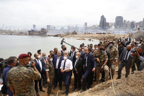 Presidente francés, Emmanuel Macron visita zona devastada por explosión en Líbano