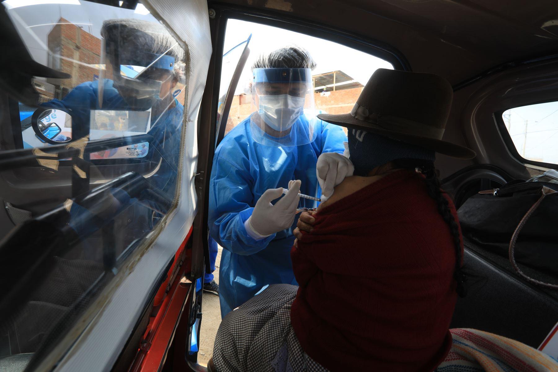 El Ministerio de Salud, en coordinación con la Municipalidad de Pachacámac, instaló un punto estratégico exclusivamente para vacunación, donde la población vulnerable de Manchay podrá acceder a las vacunas sin el temor al contagio del Covid-19. Foto: MINSA