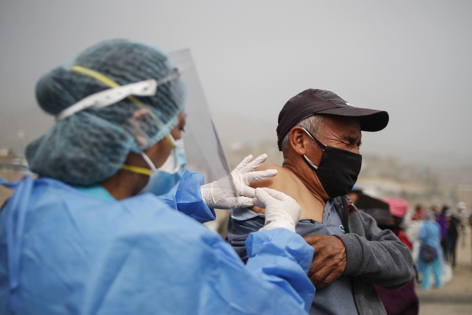 Brigadas de vacunación llegaron a la zona de Filadelfia, en Manchay, para atender a los más vulnerables. Foto: ANDINA/Renato Pajuelo