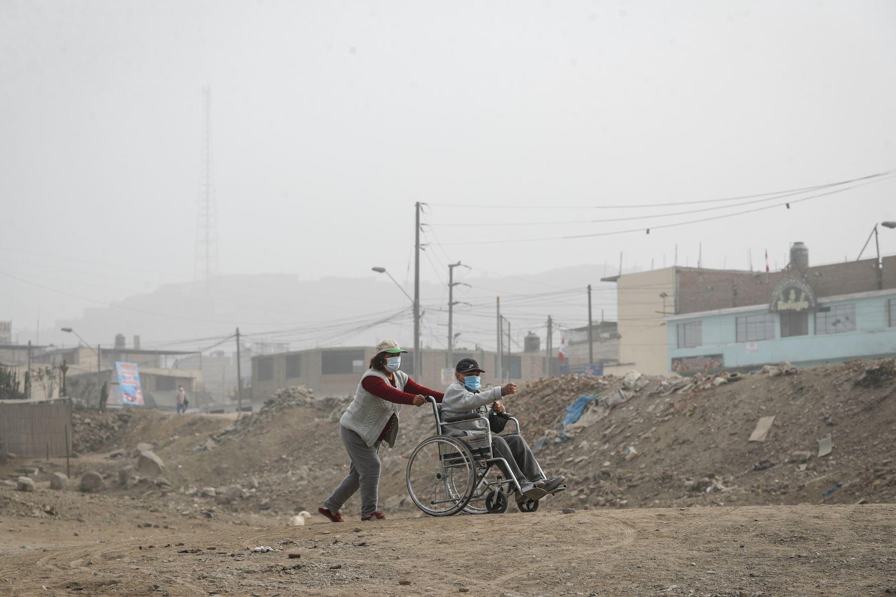 Personas con discapacidad llegaron a uno de los puntos estratégicos para recibir la vacuna de neumococo e influenza. Foto: ANDINA/Renato Pajuelo