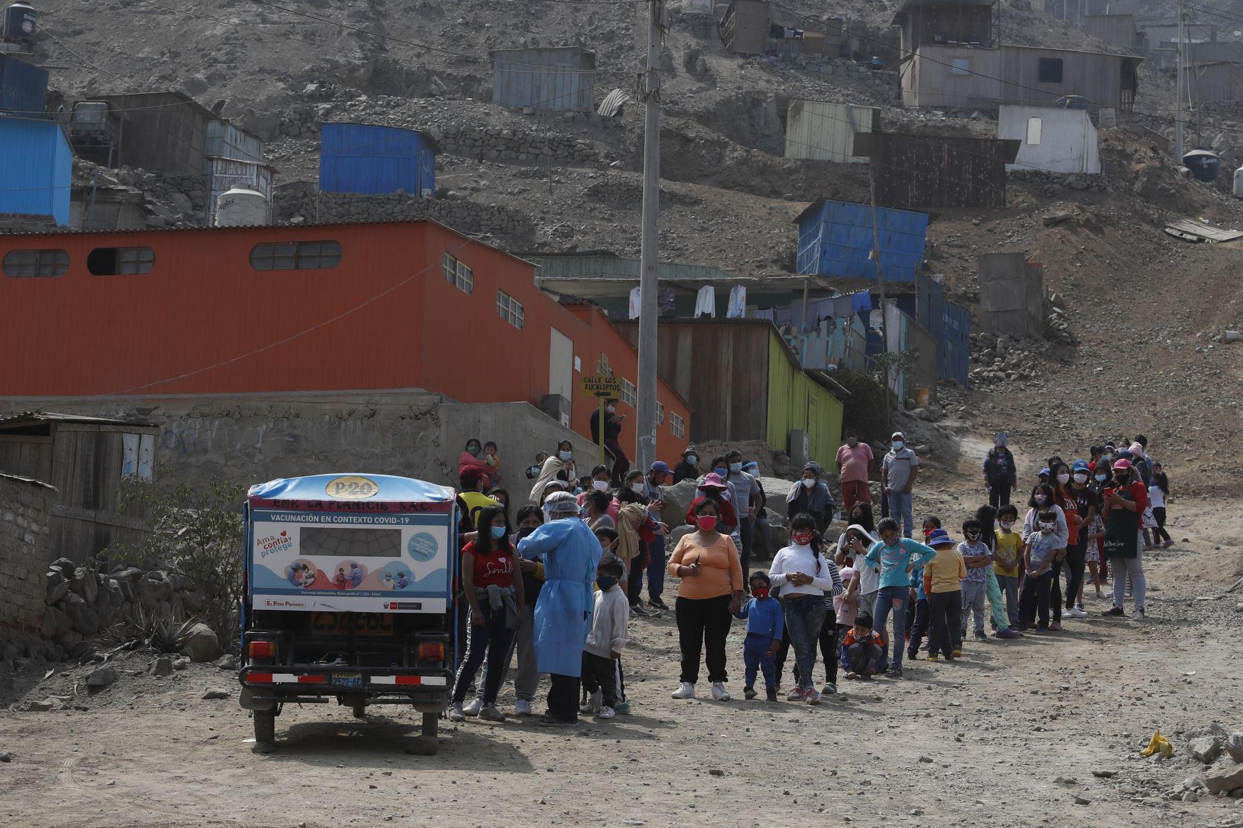 Población de Pachacamac se organizó para recibir vacunas por parte del Vacuna Móvil de la DIRIS Lima Sur. Foto: ANDINA/Renato Pajuelo