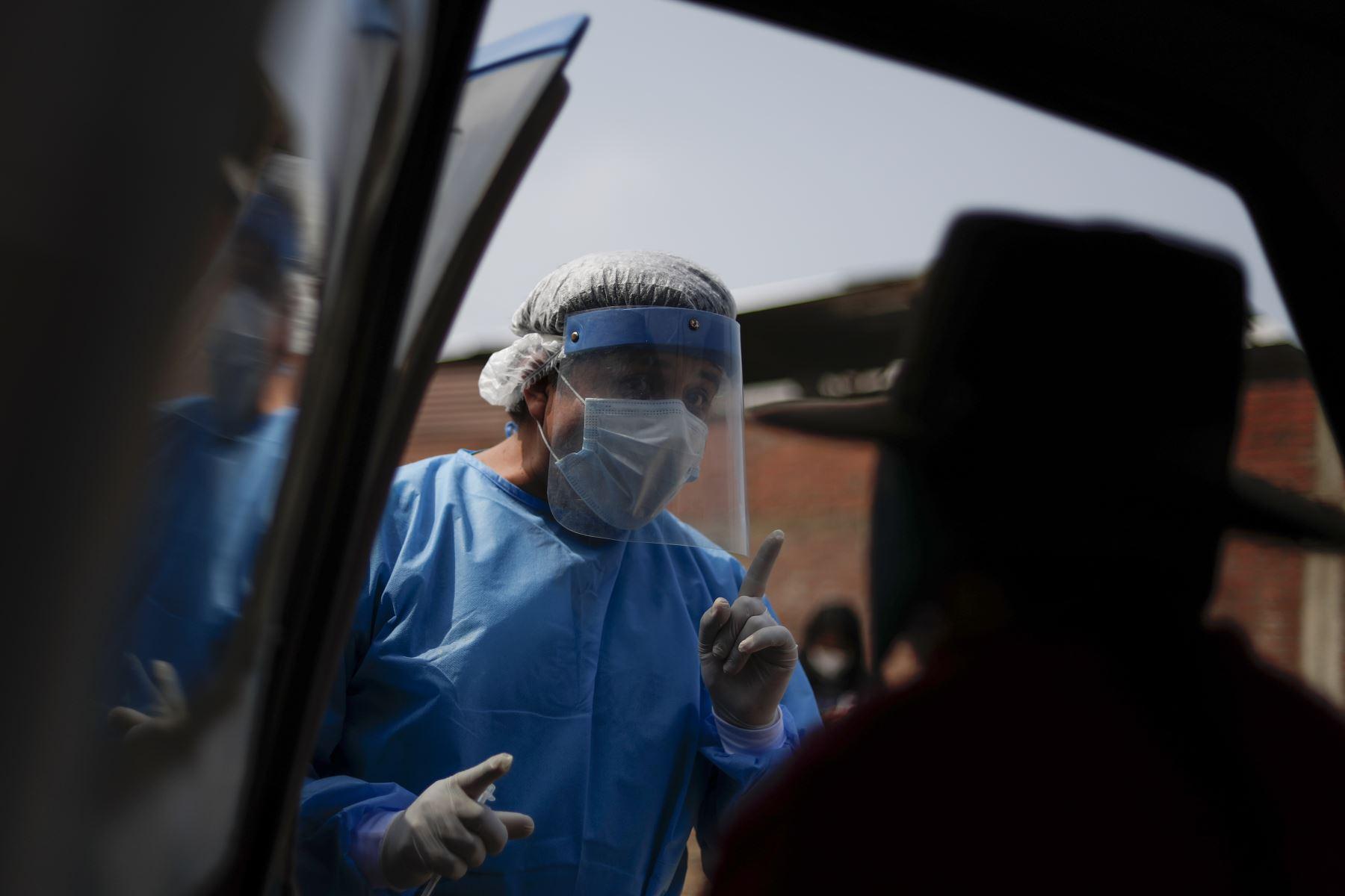 Las brigadas preguntan a la población si han recibido vacuna antes y advierten además sobre un posible efecto de malestar tras recibir la dosis. Foto: ANDINA/Renato Pajuelo