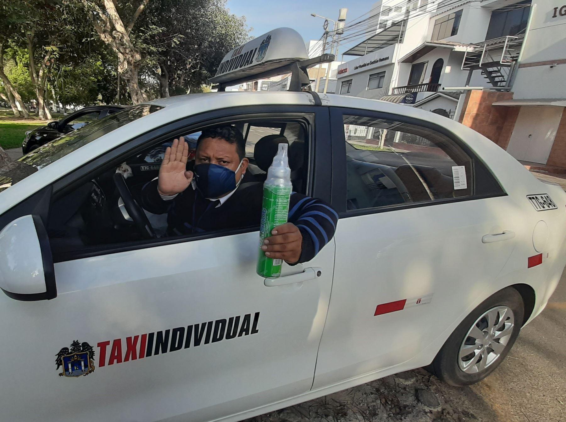 Conoce a Amir Cotrina, el taxista trujillano que lleva un balón de oxígeno en su auto para auxiliar a los pasajeros víctimas del covid-19. Foto: Luis Puell