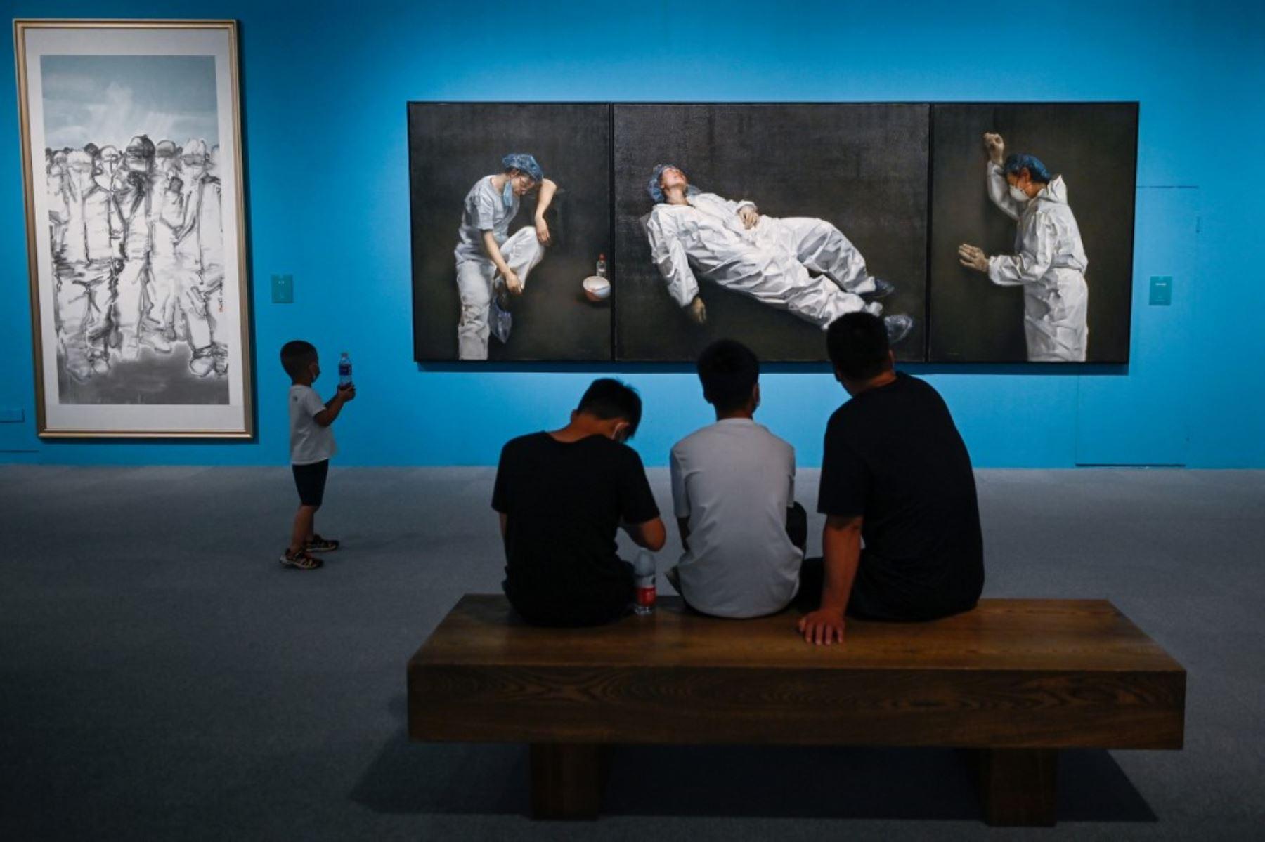 """La gente visita la exposición de arte """"La unidad es la fuerza: una exposición de arte sobre la lucha contra covid-19""""en el  Museo Nacional de China en Beijing. Foto: AFP"""