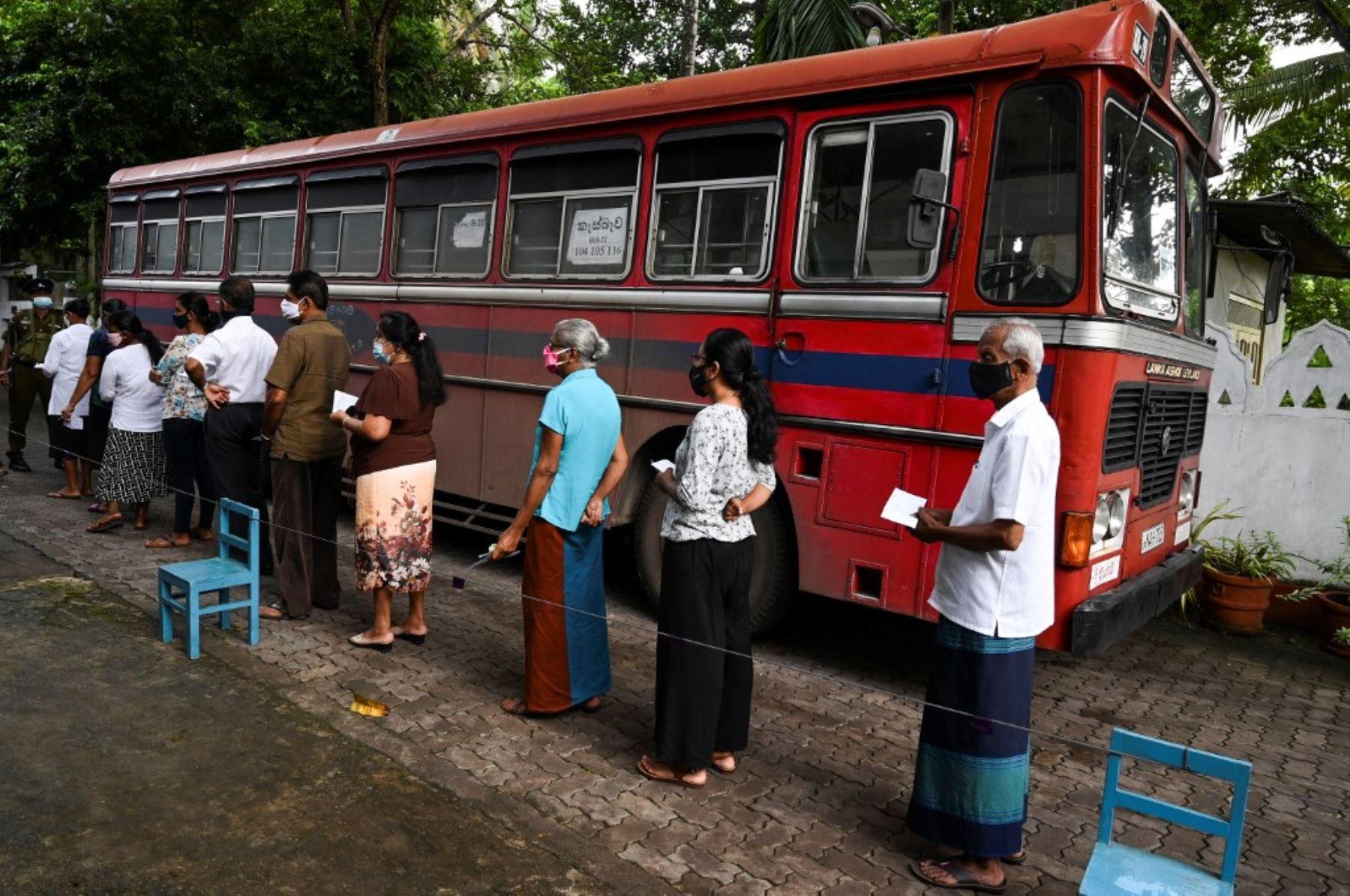 Los votantes esperan en una fila para emitir su voto en las elecciones parlamentarias frente a un colegio electoral en Colombo, Sri Lanka. Foto: AFP