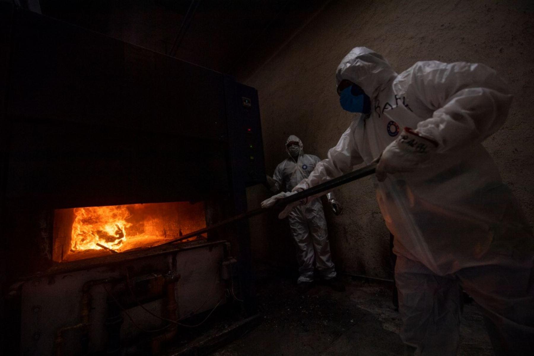 Los empleados usan equipo de protección mientras trabajan en el crematorio Azcapotzalco en Ciudad de México. Foto: AFP