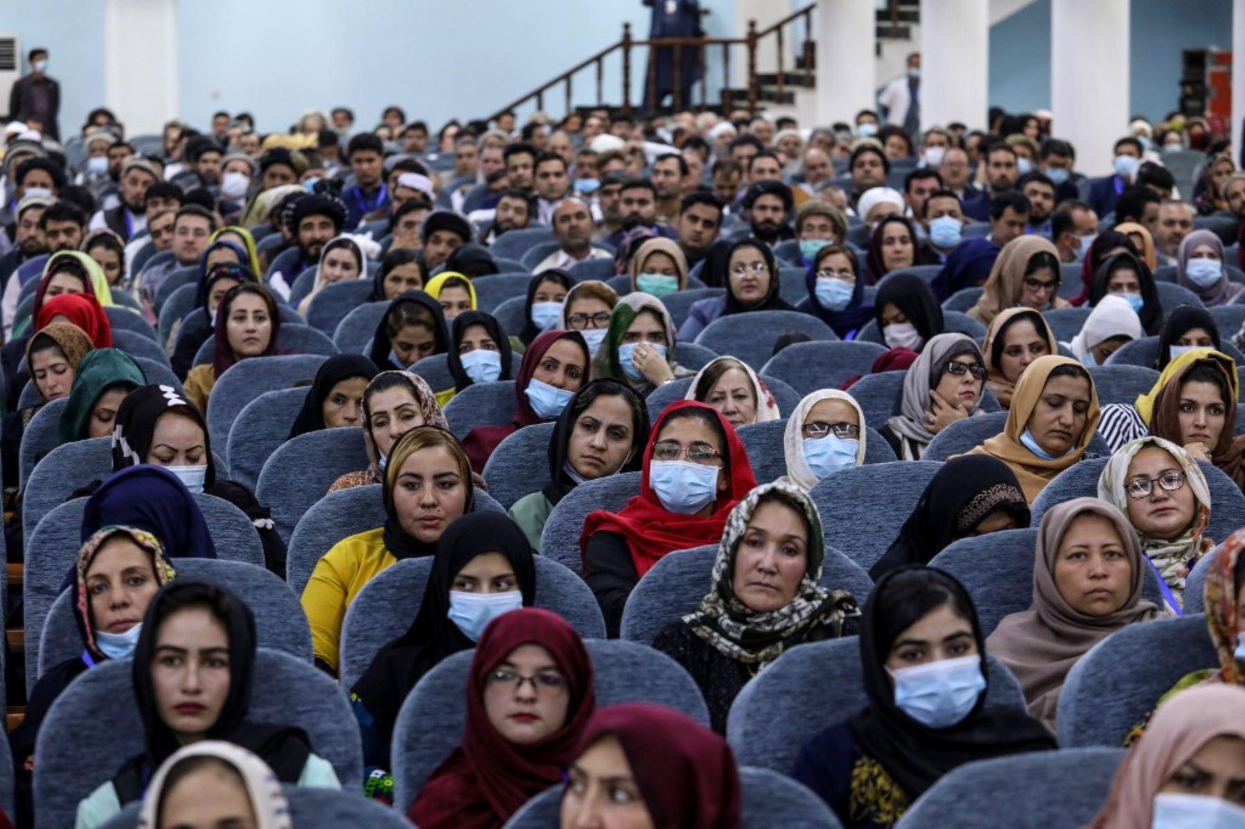 Las personas asisten al primer día de Loya Jirga, una gran asamblea, en el Salón Loya Jirga en Kabul, Afganistán. Foto: AFP