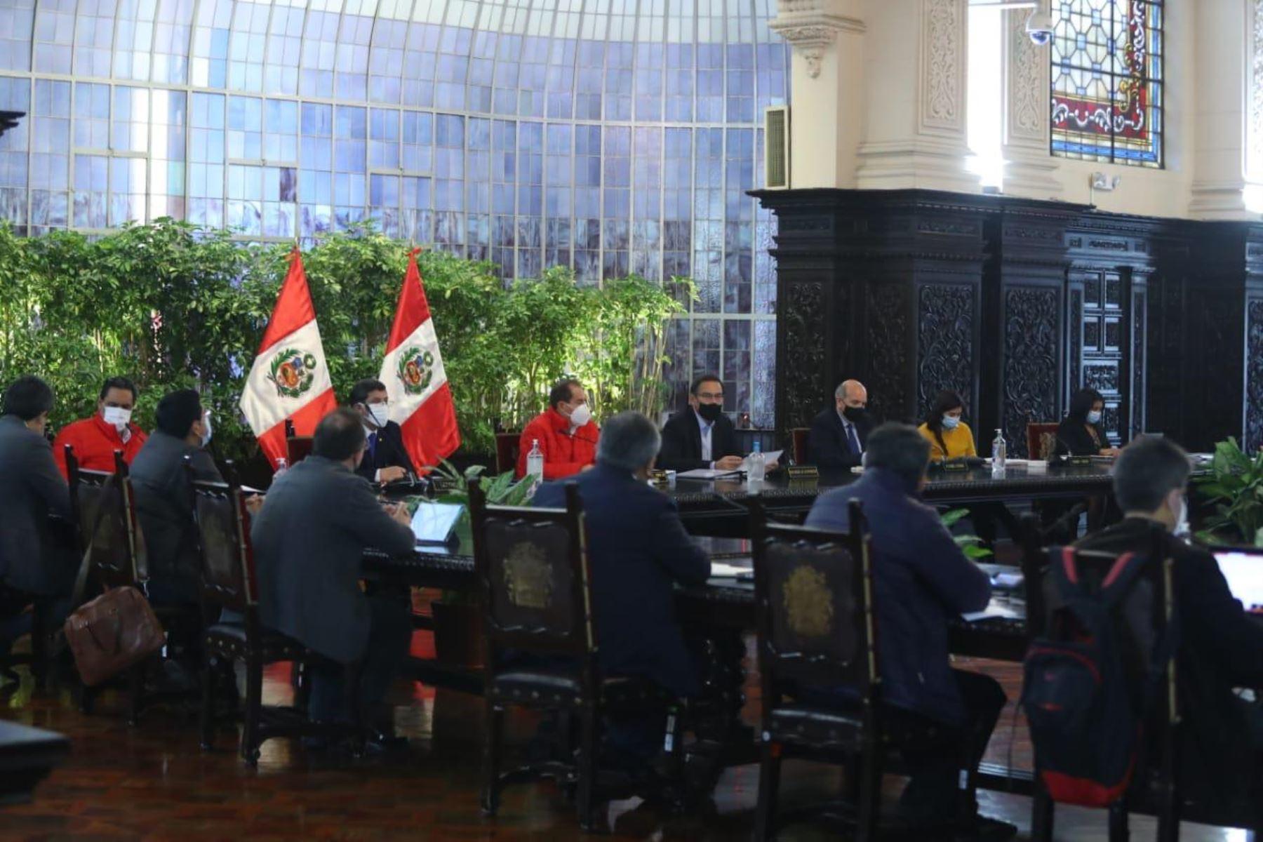 El presidente Martin Vizcarra, junto al titular de la PCM, Walter Martos, lidera la sesión de Consejo de Ministros en Palacio de Gobierno, donde se articulan las acciones inmediatas contra la pandemia y los temas prioritario del Estado. Foto: @pcmperu