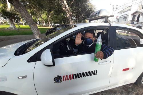 Coronavirus: Amir Cotrina el taxista que lleva un balón de oxígeno para ayudar a sus pasajeros